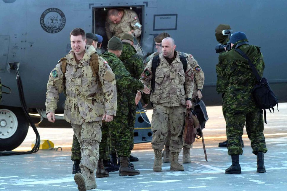About 11 soldiers landed in Winnipeg at 17 Wing on Monday after serving on Canada's final commitment to Operation ATTENTION, Canada's contribution to the International Assistance Force/NATO Training Mission in Afghanistan. (Mike Deal / Winnipeg Free Press)