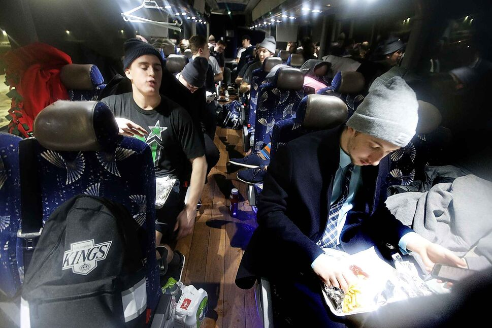 The Pistons eat their after-game meal on the bus.</p>
