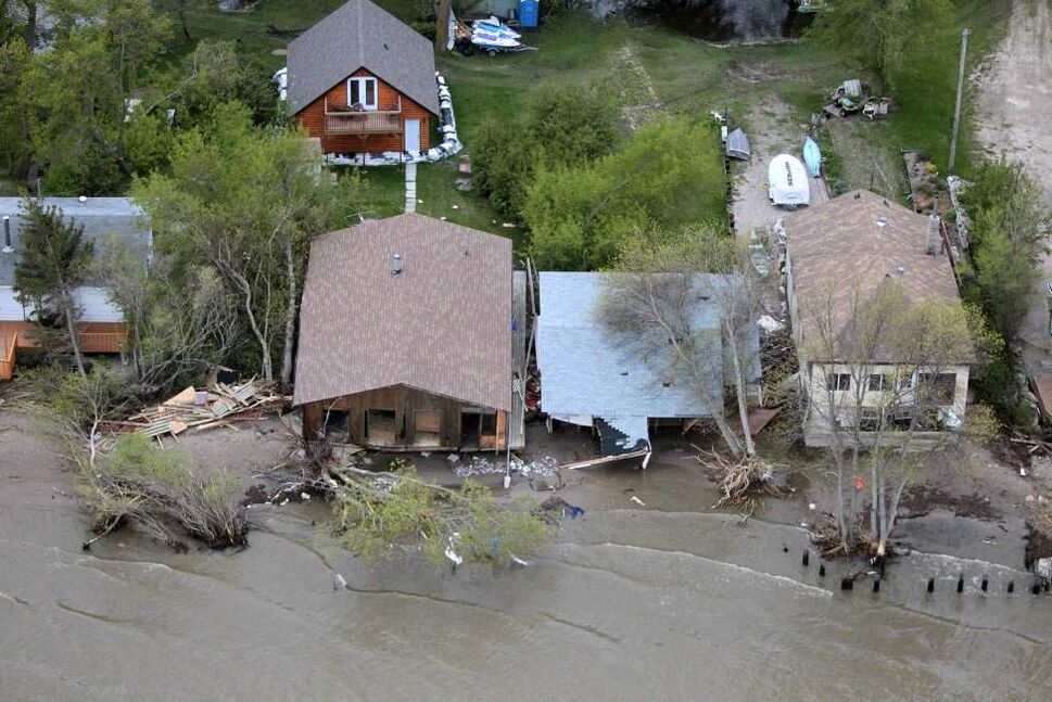 Flying over Delta Beach properties devastated by the high winds last Tuesday night. (MIKE DEAL / WINNIPEG FREE PRESS)