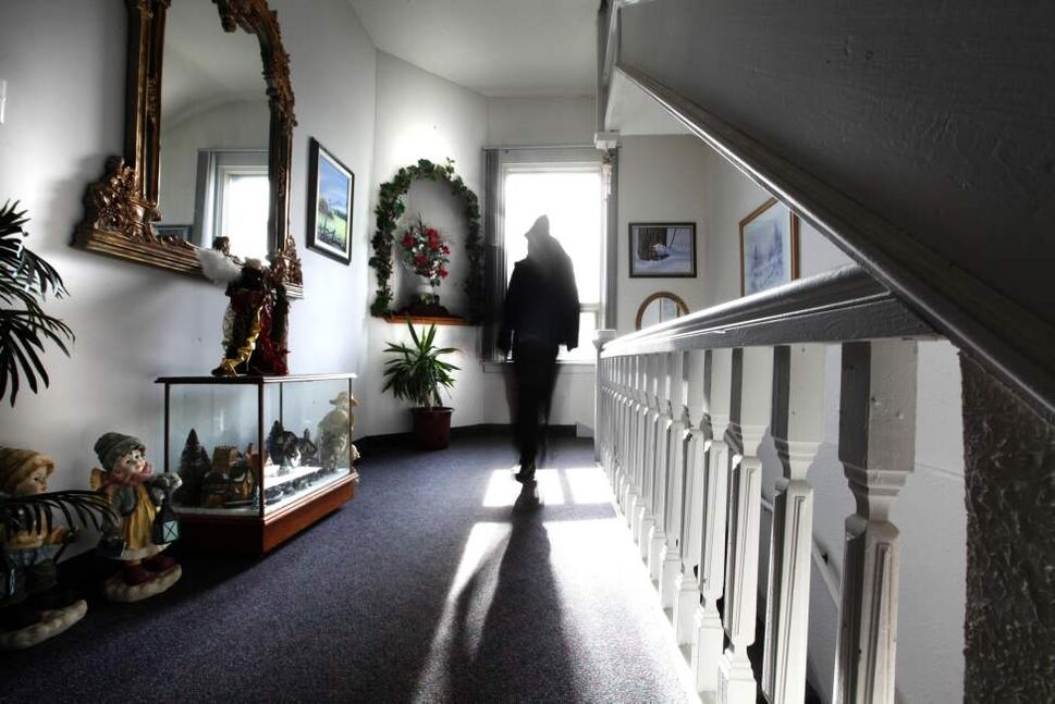 Problem was, Linda was in the dining room, heard the same noise and wondered what Jean was up to. They were the only two people in the house.  (Ruth Bonneville /  Winnipeg Free Press)