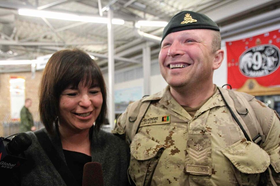 Sgt. David Chelkowski with the 1st RCHA is all smiles as he's greeted by his wife Jennifer on Monday after arriving in Winnipeg at 17 Wing from Afghanistan.  (Mike Deal / Winnipeg Free Press)