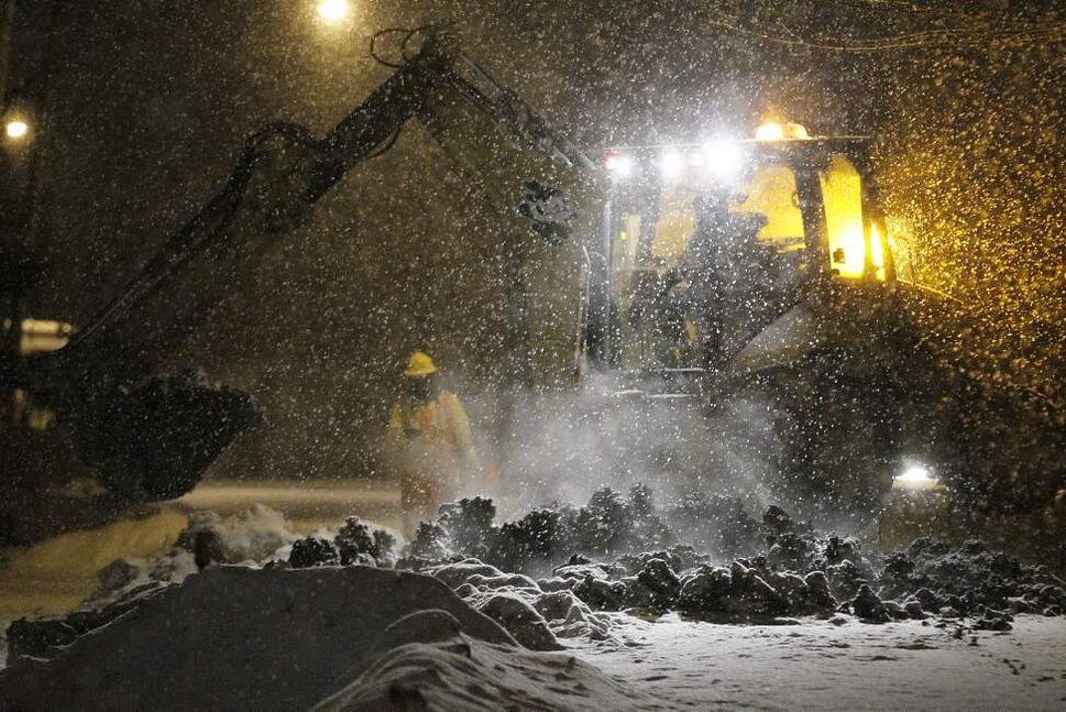 Water crews were called to another water main break on Laxdal Road in Charleswood. January 19, 2014.   (John Woods/Winnipeg Free Press)