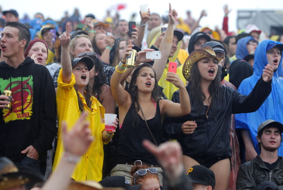 Fans rock on through the rain during Lee Brice Friday evening.  (BORIS MINKEVICH / WINNIPEG FREE PRESS )