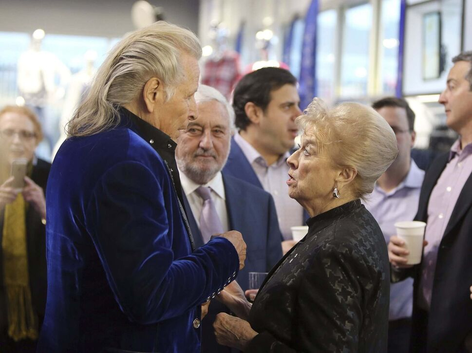 Peter Nygård, (left) founder and chairman of Nygård International, chats with former former Manitoba lieutenant-governor Pearl McGonigal and Nygård vice-chairman Jim Bennett.</p></p>