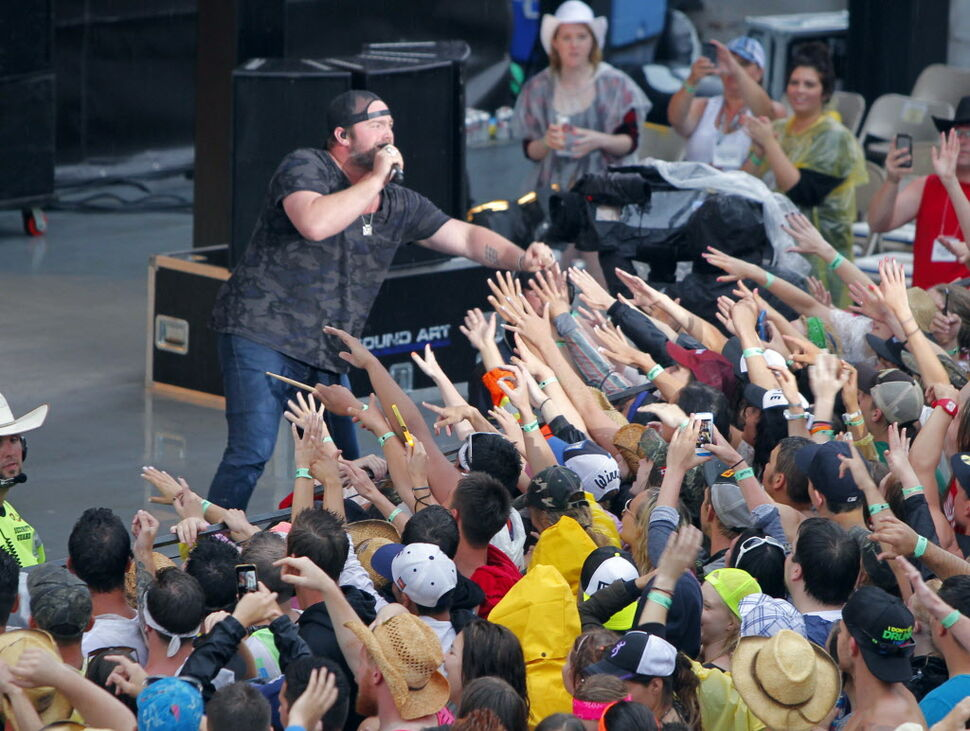 Lee Brice interacting with his fans. (BORIS MINKEVICH / WINNIPEG FREE PRESS )