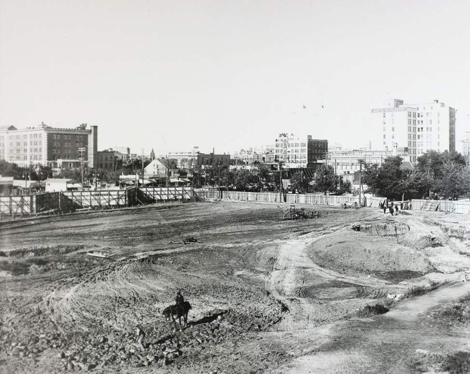 Visible behind the construction site are the Free Press and Boyd buildings. (Hudson's Bay Company Archives, Archives of Manitoba)