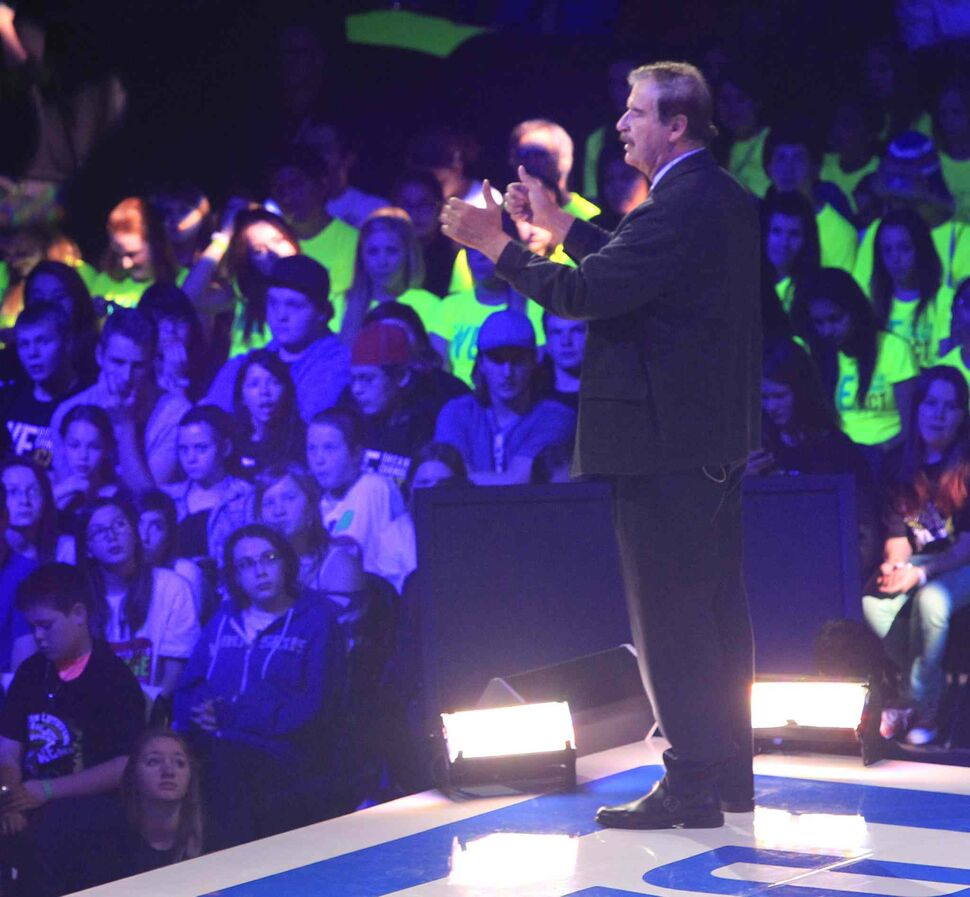 Former Mexican president Vicente Fox addresses the crowd. (Wayne Glowacki / Winnipeg Free Press)