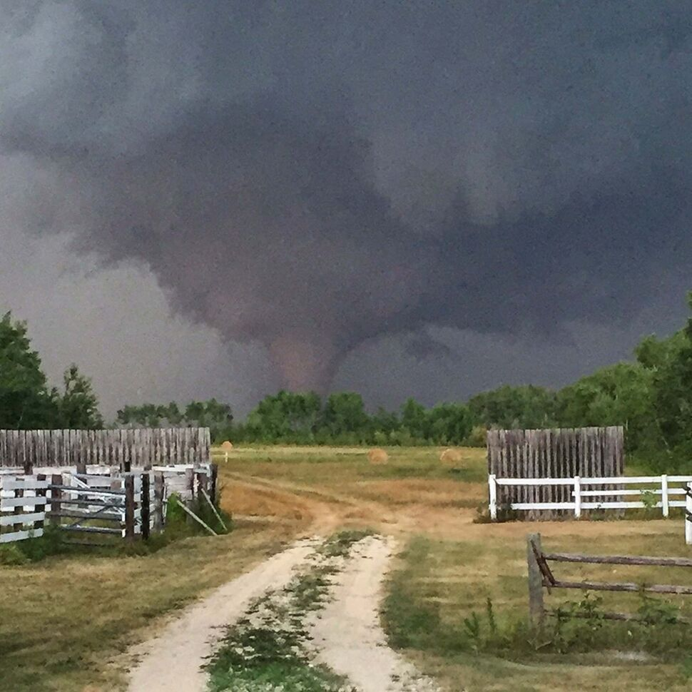 A photo of the tornado that touched down north of Silver Ridge. (Clint Robertson photo / Winnipeg Free Press)</p>