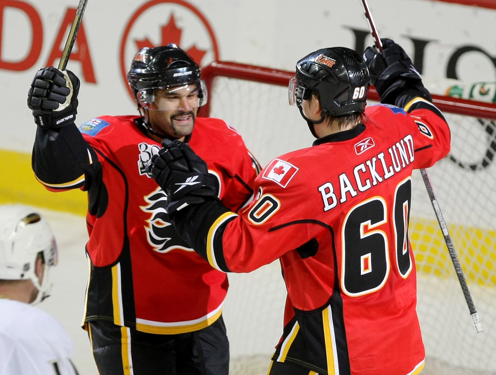 Nigel Dawes (left) with Mikael Backlund in 2010 when Dawes was a member of the Calgary Flames. (Colleen De Neve / Calgary Herald files)