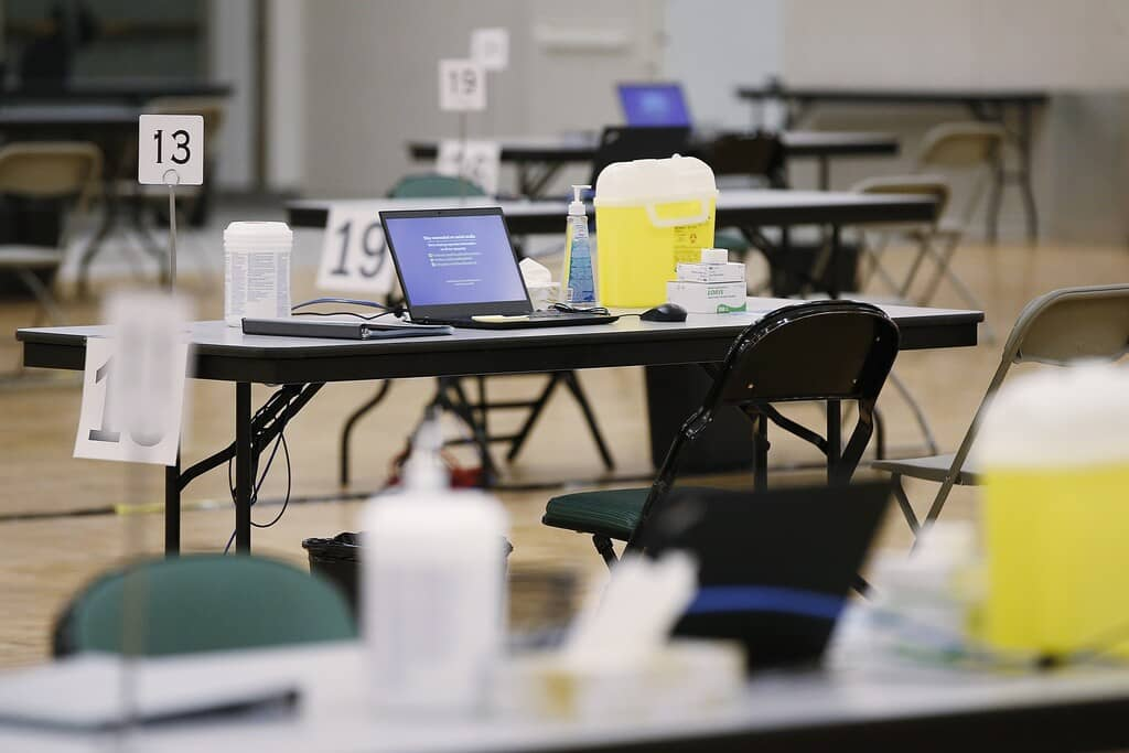 Several nurses told the Free Press that after applying in December to fill in shifts at vaccination clinics, they received no response from the government.  (John Woods / Canadian Press files)