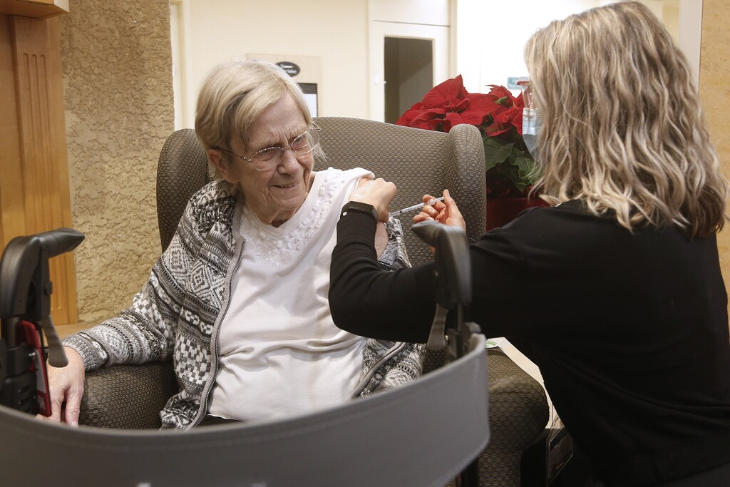 Paramedic Jessi Bittner inoculates Margaret Watson, 94, a resident at Oakview Place Long Term Care Residence on Monday. Vaccinations should have been done throughout the Christmas holidays. (John Woods / The Canadian Press)