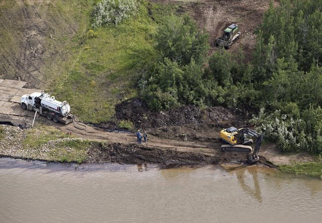 Drinking water now, pipeline debate later: Saskatchewan premier on oil spill