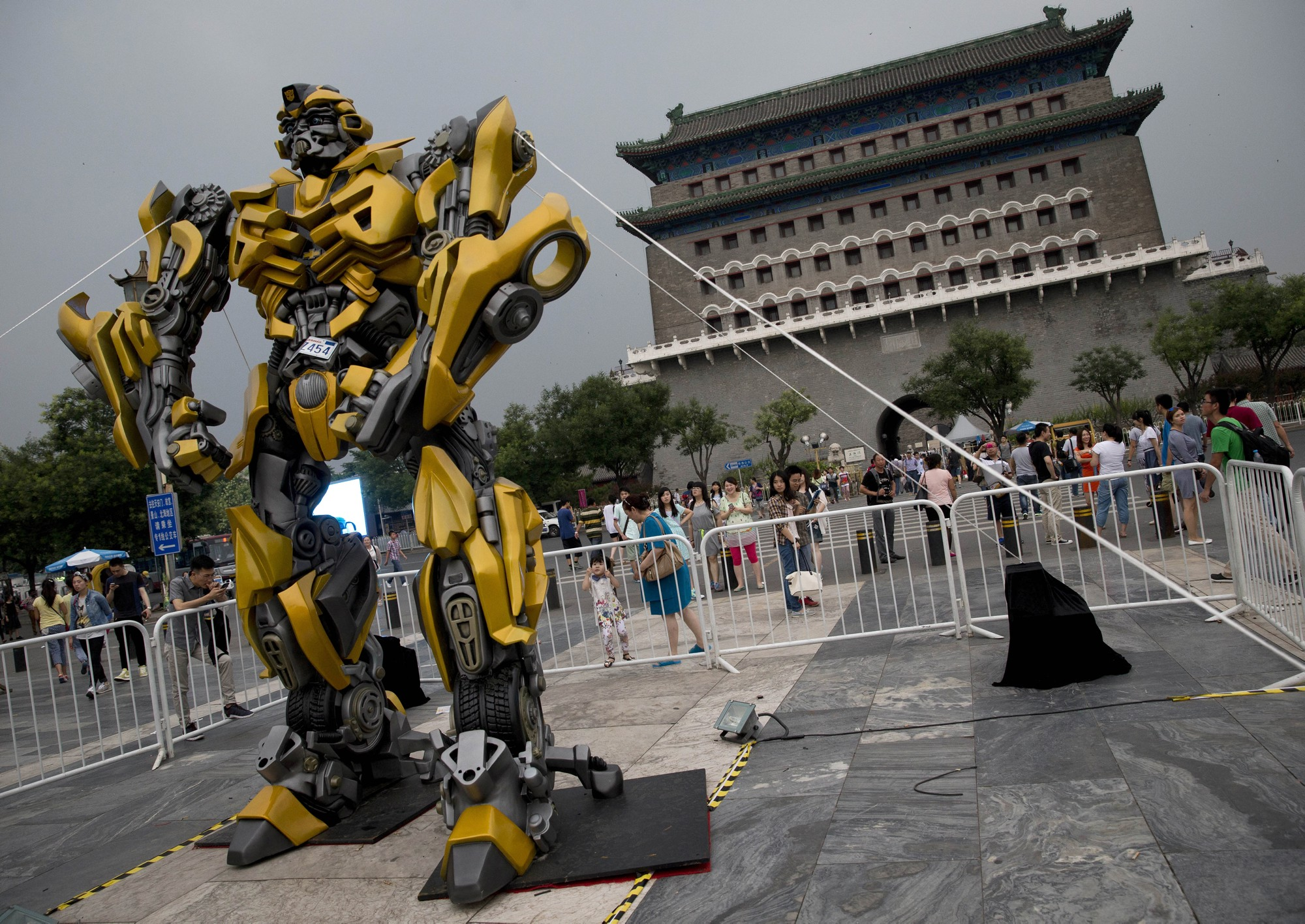 A replica of Transformers: Age of Extinction's Bumblebee was quickly set up in Beijing after the Pangu Plaza sued Paramount over product placement dispute.