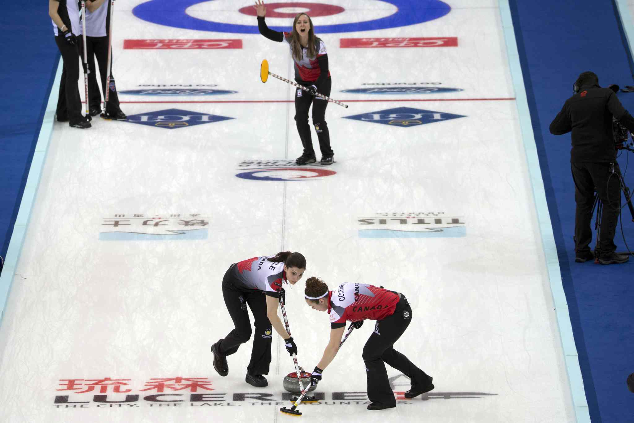 Rachel Homan and her Canadian team remain unbeaten at the world championships in China.