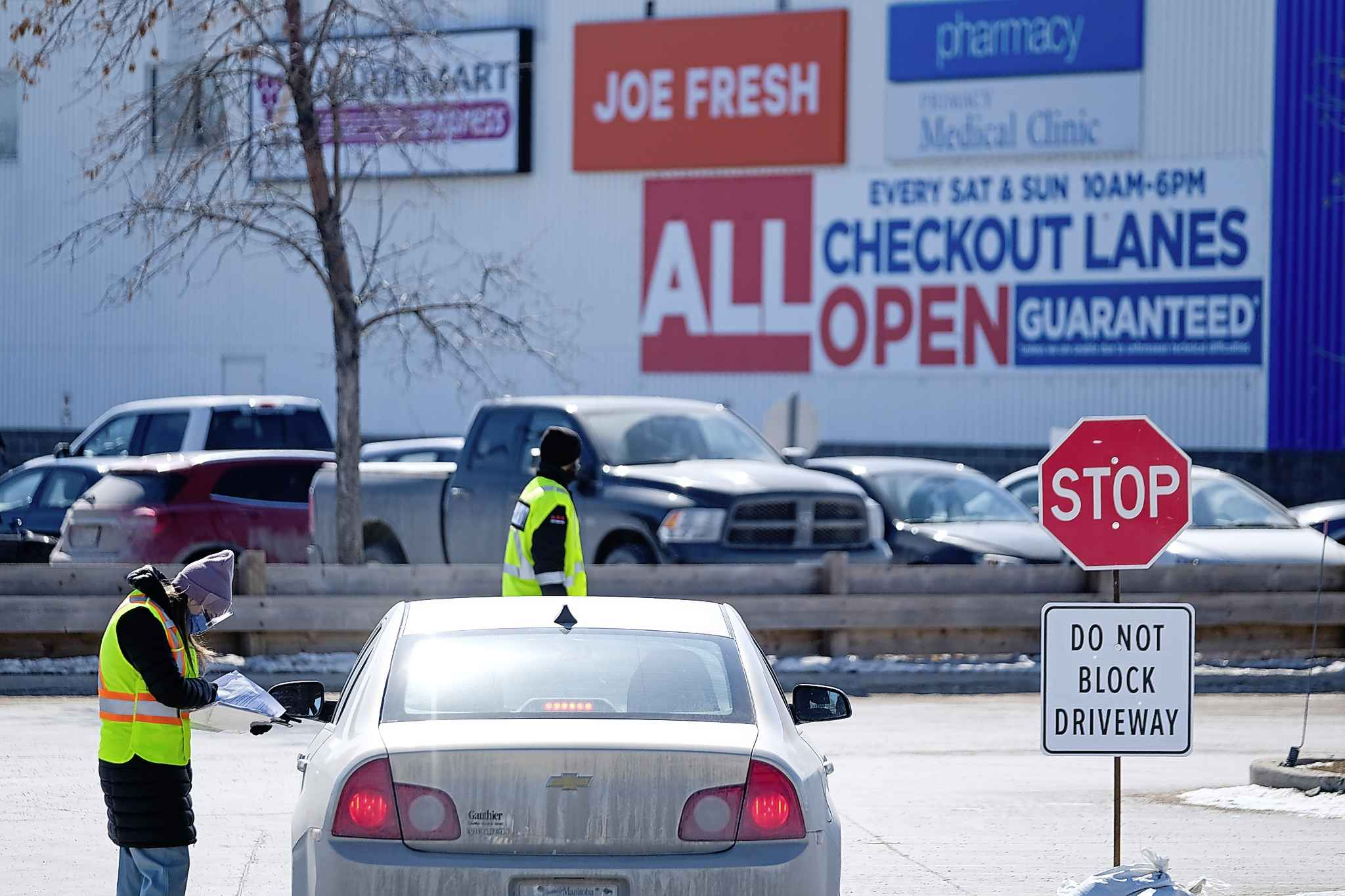 A new community screening drive-thru opens in south Winnipeg at the Manitoba Public Insurance service centre on Bison Drive Saturday. Employees vacated the premises earlier this week to make way for the testing facility. (Daniel Crump / Winnipeg Free Press)</p>