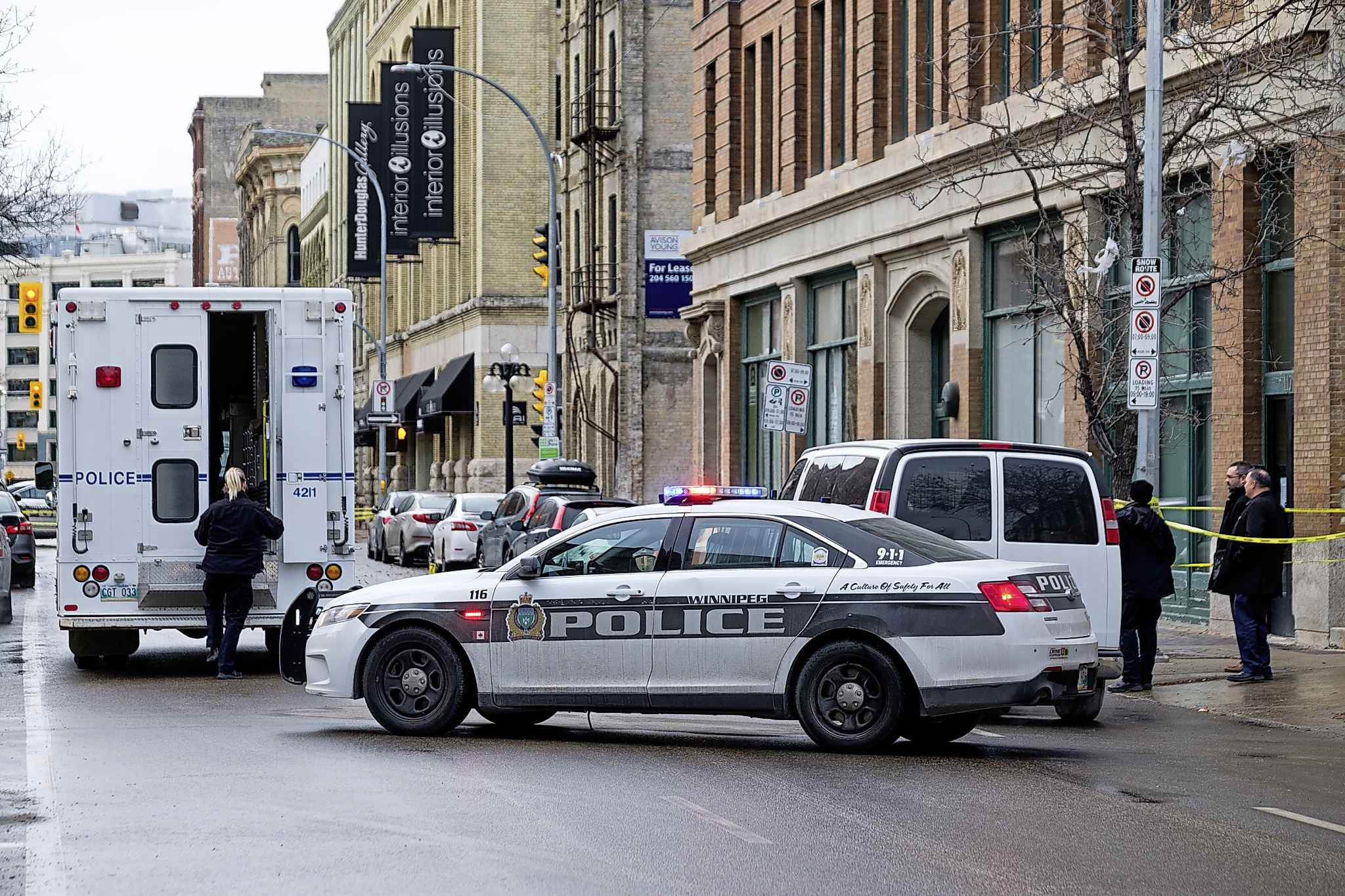 Police investigate yet another homicide, this time on Princess Street, in November. (Daniel Crump / Winnipeg Free Press)