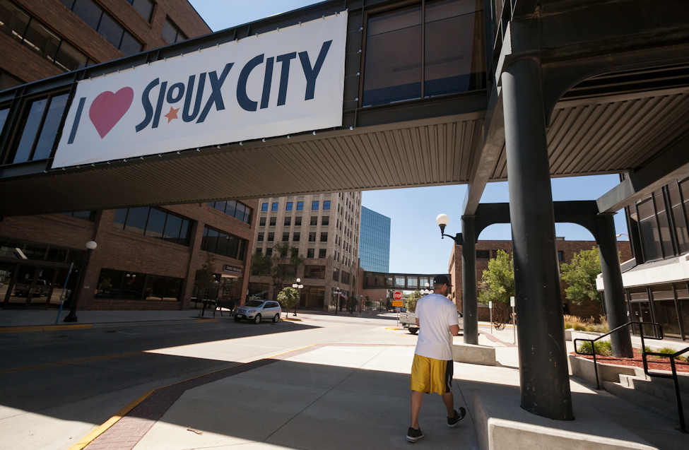 Pitcher Chris Salamida, from Watervliet, NY, walks back to the hotel in Sioux City, Iowa the afternoon before the final game of a six-game road trip. (Melissa Tait / Winnipeg Free Press)