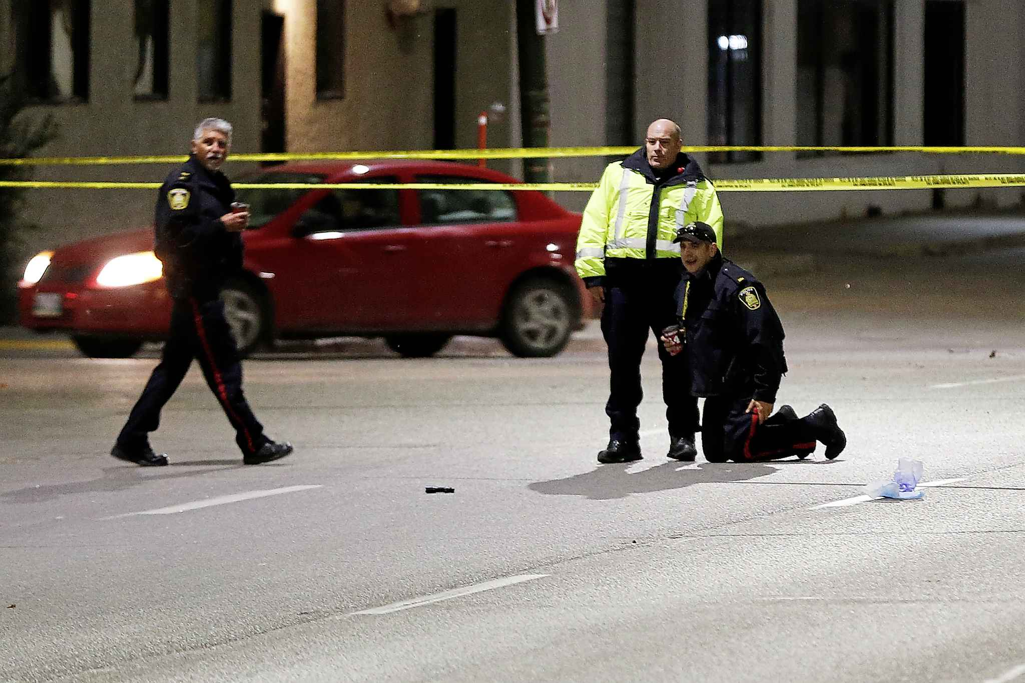 Police investigate the scene of the collision that killed pedestrian Cody Severight on Main Street in October  2017. (John Woods / Winnipeg Free Press files)