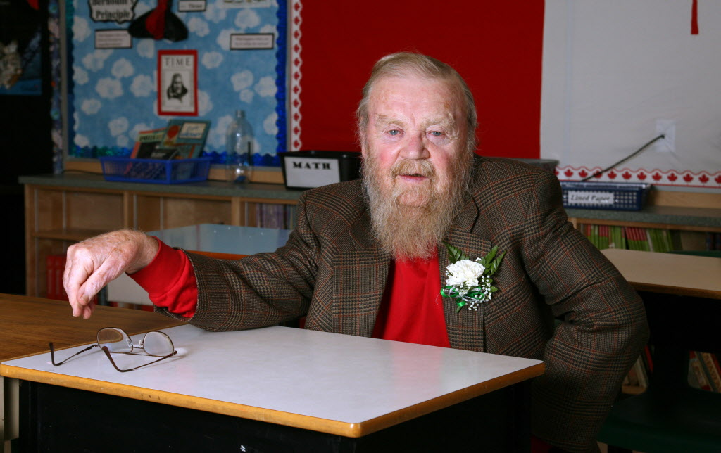 Author Farley Mowat poses at an Ottawa school named in his honour in 2006. He died Tuesday night at the age of 92.