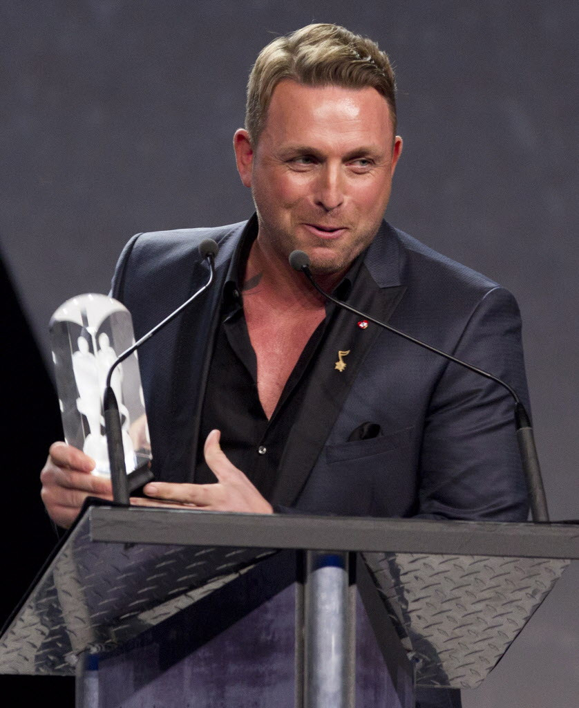 Juno host Johnny Reid celebrates his Juno Award for Adult Contemporary Album of the Year during.  (John Woods / The Canadian Press)