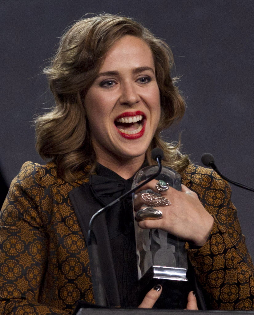 Serena Ryder celebrates her Juno Award for Artist of the Year. (JOHN WOODS / THE CANADIAN PRESS)