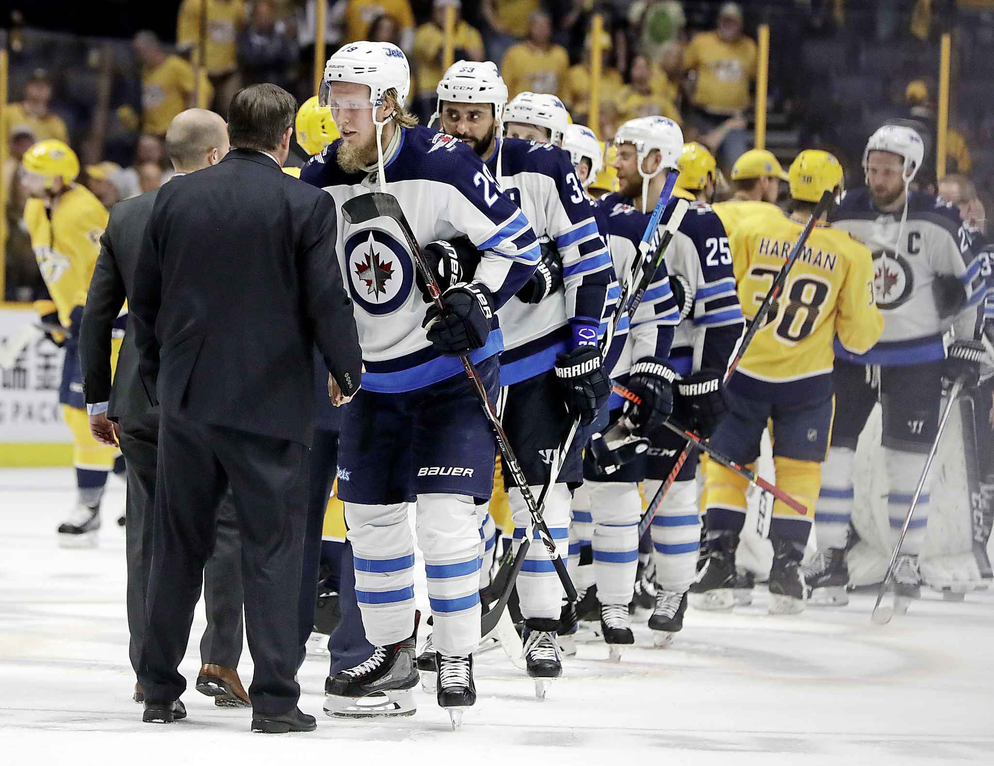 Winnipeg Jets right wing Patrik Laine (29), of Finland, shakes hands with Nashville Predators coach Peter Laviolette after Game 7 of an NHL hockey second-round playoff series Thursday, May 10, 2018, in Nashville, Tenn. The Jets won 5-1 and won the series. (AP Photo/Mark Humphrey) (CP)