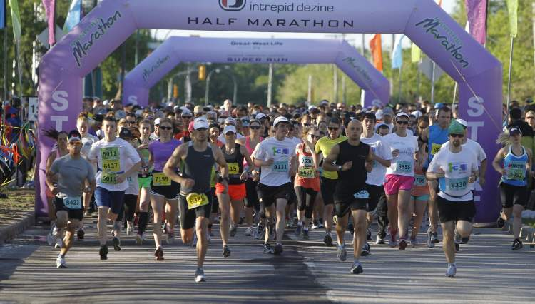 Half-marathoners at the 35th Manitoba Marathon at the University of Manitoba Sunday. (Trevor Hagan / Winnipeg Free Press)