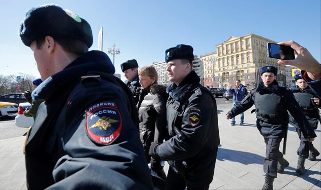 Thousands protest against Russian government, hundreds arrested