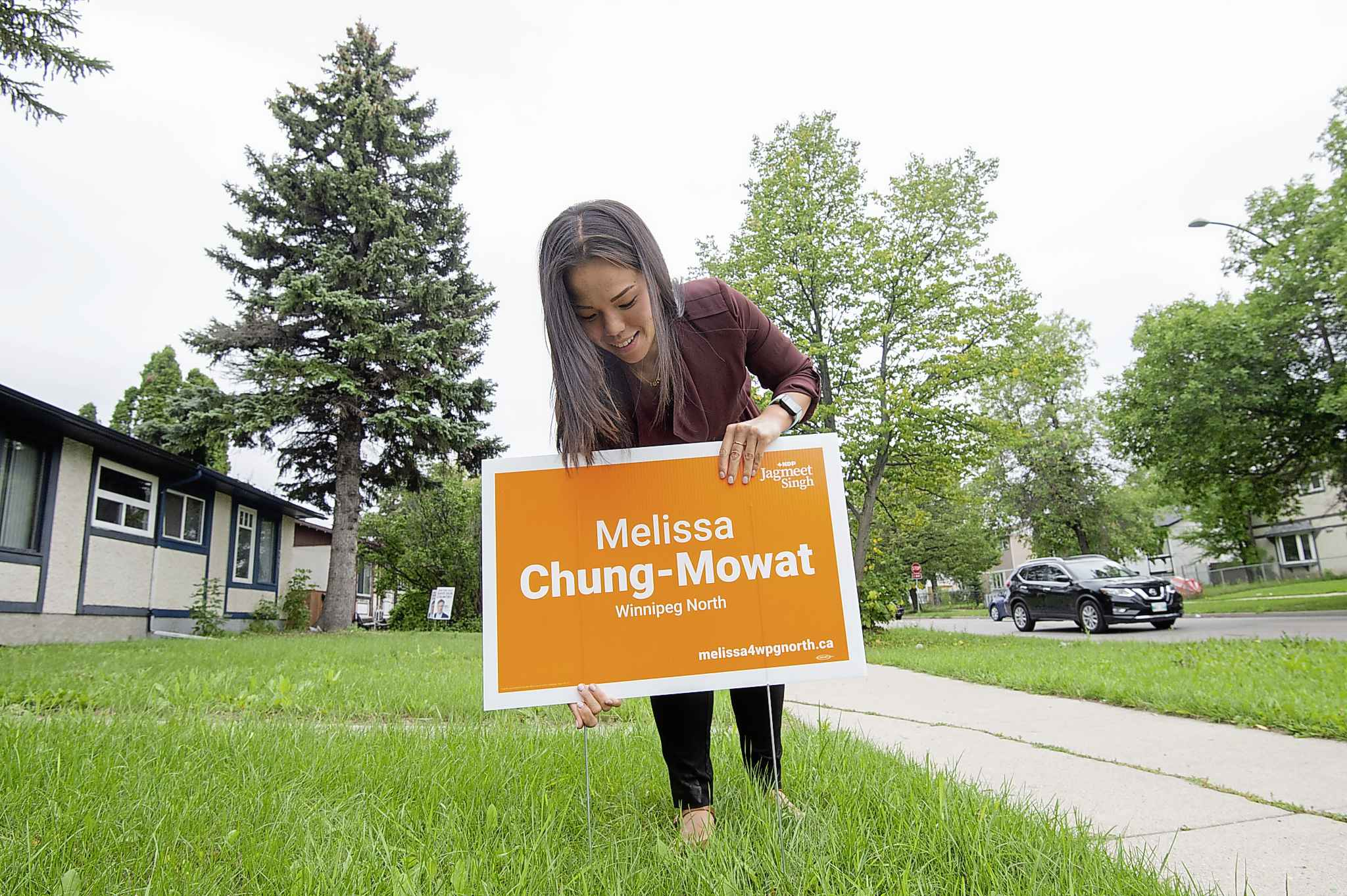 NDP MLA for Winnipeg North, Melissa Chung-Mowat puts a sign in the ground in front of a supporters home. (Mike Sudoma / Winnipeg Free Press)