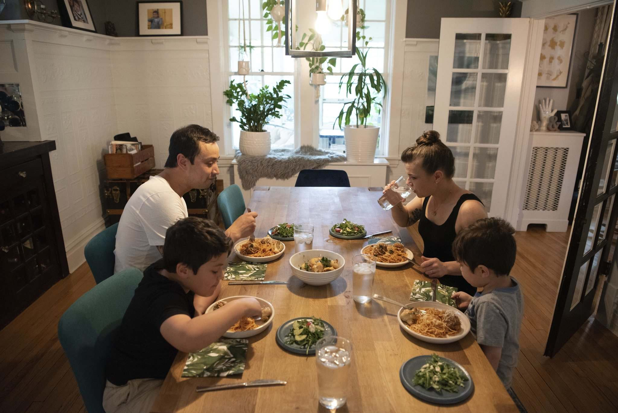 ALEX LUPUL / WINNIPEG FREE PRESS</p><p>Kyle and Kristen Lew, the husband and-wife team behind the café Lark, sit down for a family meal with their two children, Charlie, left, and Oliver.</p>