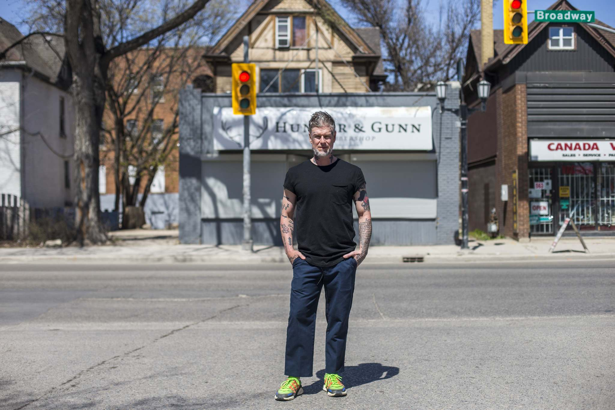 Jeremy Regan, owner of Hunter & Gunn barbershop, is taking his craft to clients' yards and offering much-needed hair cuts. (Mikaela MacKenzie / Winnipeg Free Press files)