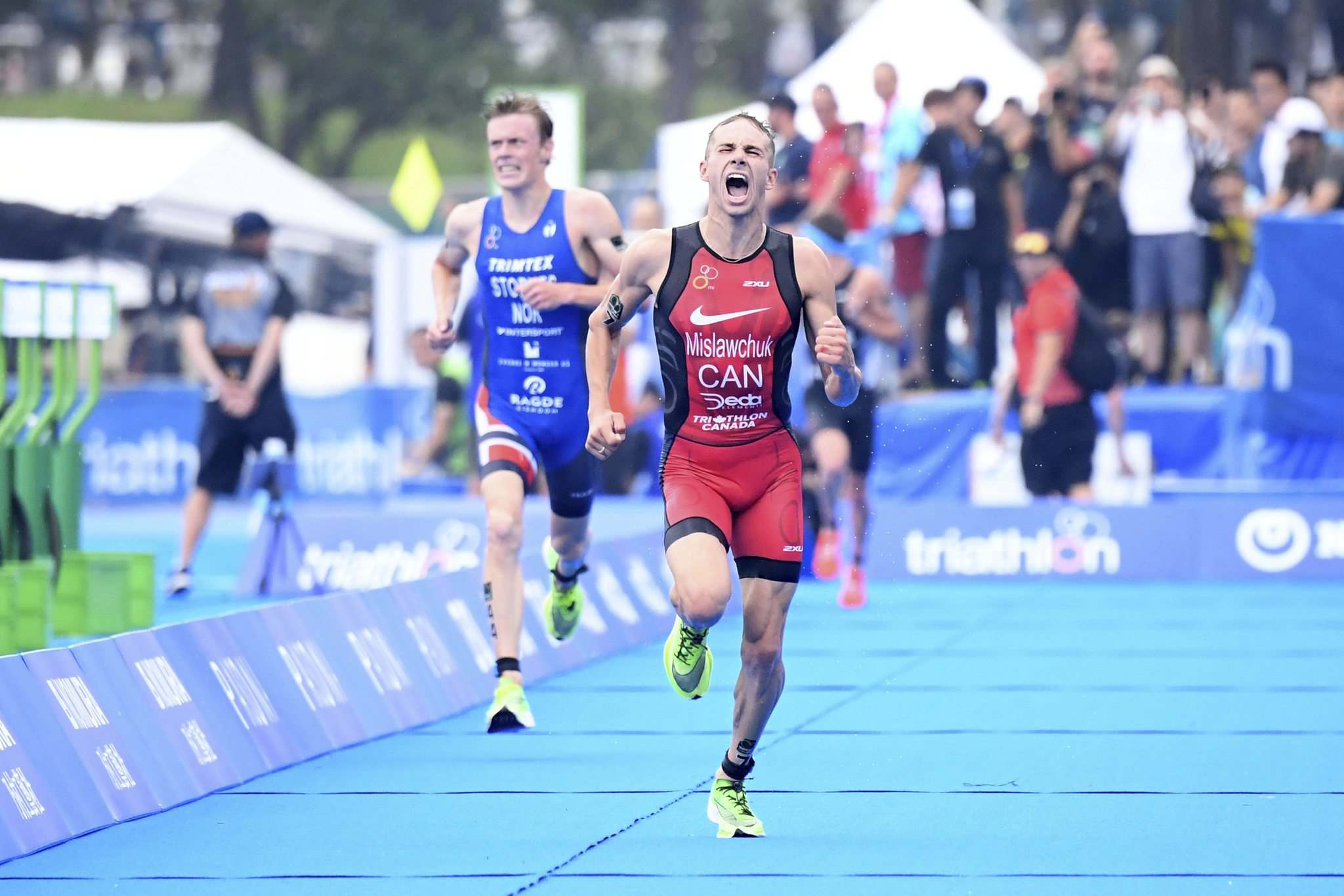 Tyler Mislawchuk shows his finishing kick at the Tokyo Olympic Test in 2019. (Delly Carr / World Triathlon files)</p>