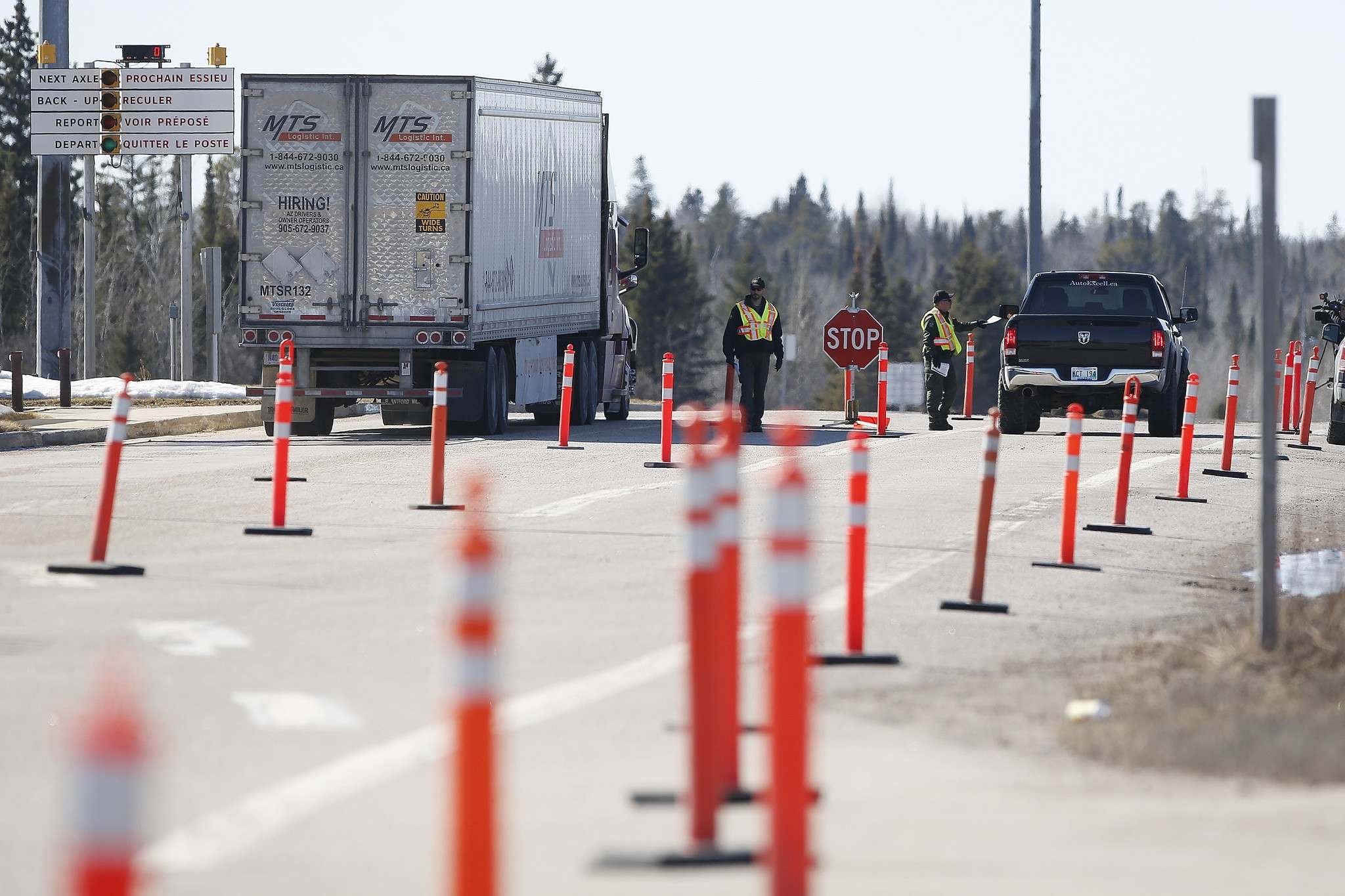 JOHN WOODS / FREE PRESS FILES</p><p>Manitoba Conservation officers provide COVID-19 information sheets to drivers of vehicles as they enter Manitoba from Ontario on the TransCanada highway in March. Restrictions to the Ontario/Manitoba border will be lifted as of 12:01 a.m. Wednesday.</p>