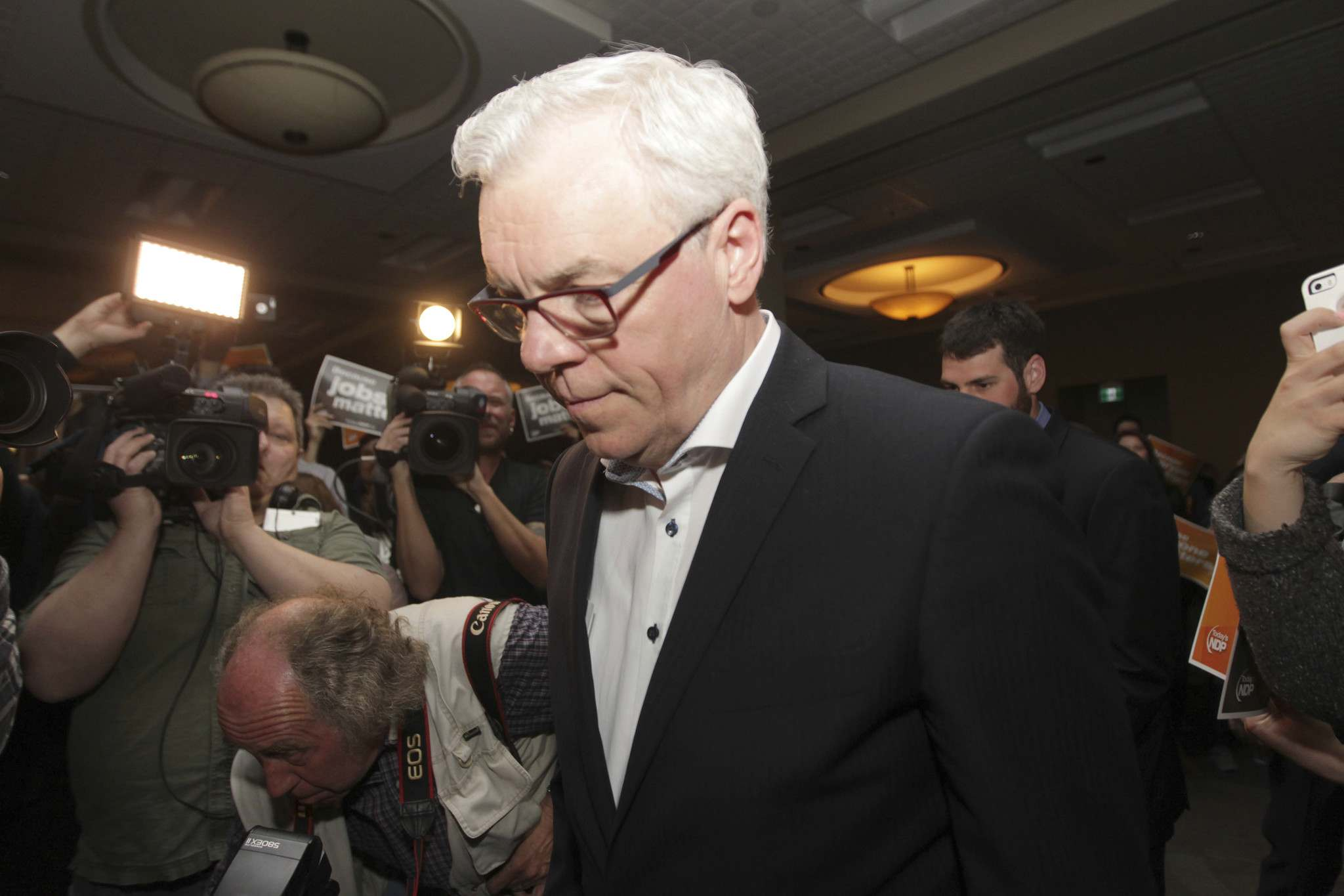 RUTH BONNEVILLE / WINNIPEG FREE PRESS FILES NDP leader Greg Selinger makes his way to the stage after losing the at the NDP headquarters in 2016.</p>