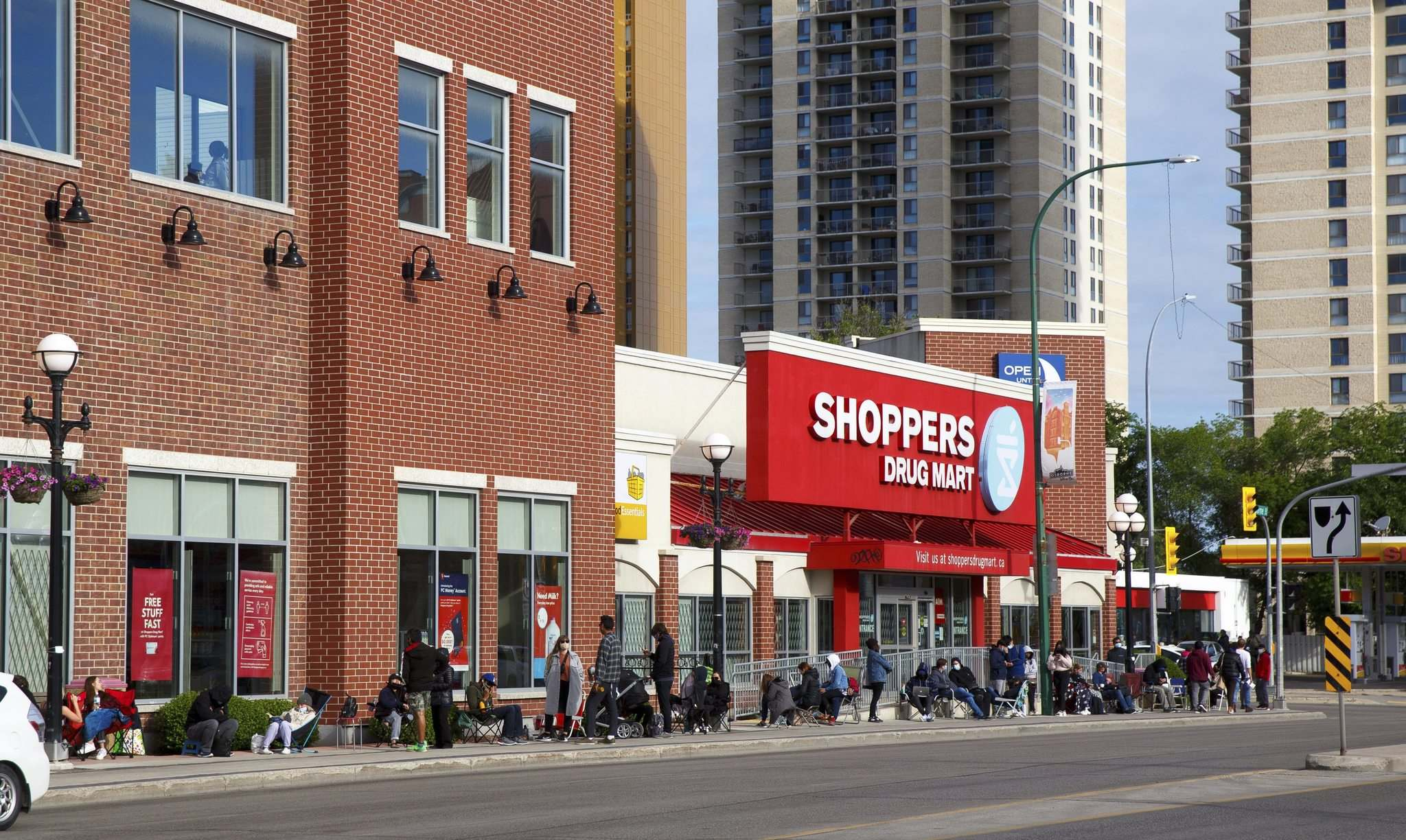 MIKE DEAL / WINNIPEG FREE PRESS</p><p>Hundreds of people line up early Monday morning in the hopes of getting a Pfizer vaccine at the Shoppers Drug Mart in Osborne Village.</p>