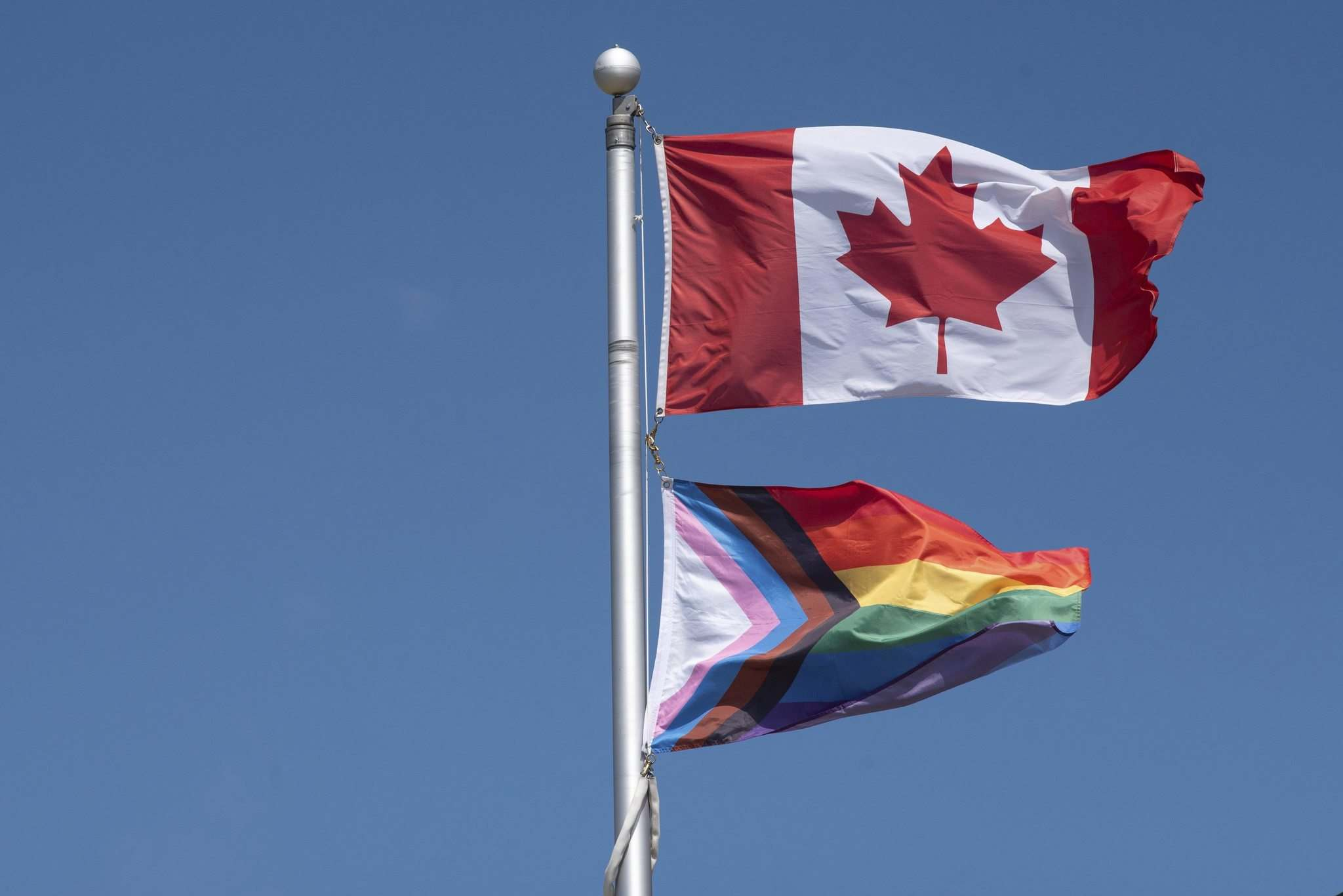 Schools received a note from the Seven Oaks School Division stating that it is against provincial and federal protocols to have the two flags on one pole. (Alex Lupul / Winnipeg Free Press)</p>