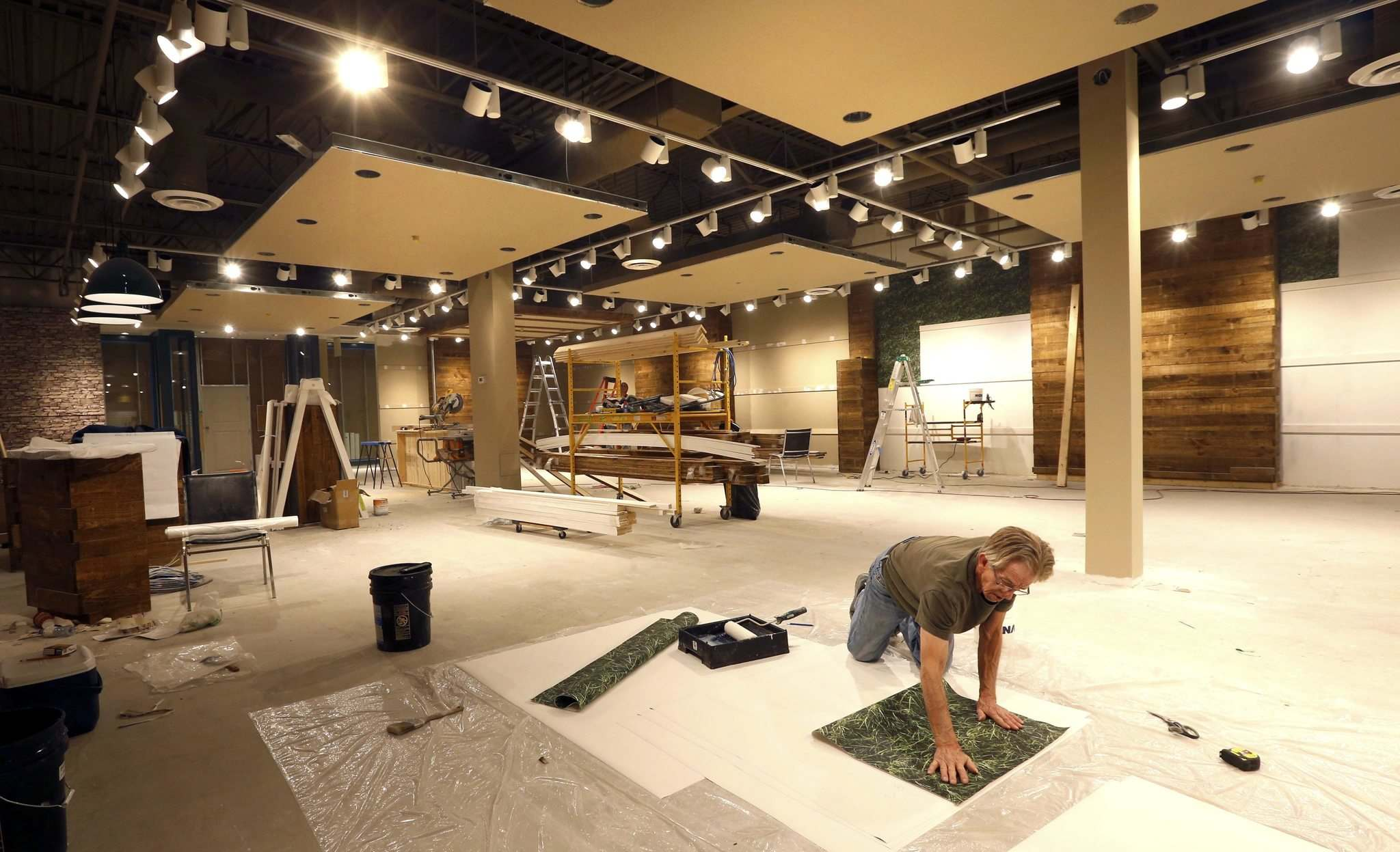 WAYNE GLOWACKI / WINNIPEG FREE PRESS</p><p>Peter Deyong prepares wallpaper for the new Mountain Warehouse store in Kildonan Place mall for next month&rsquo;s opening. Mountain Warehouse is a U.K.-based outdoor clothing chain.</p></p>