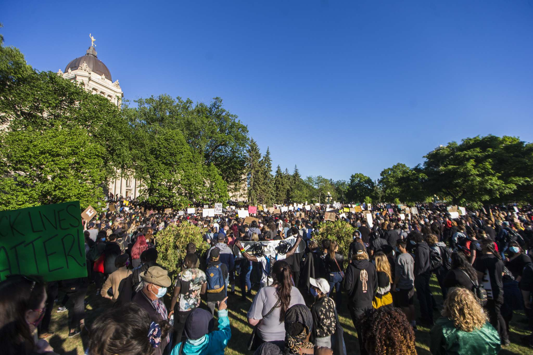 MIKAELA MACKENZIE / WINNIPEG FREE PRESS</p><p>Protesters gather at the Manitoba Legislative Building for a rally in support of justice for black lives.</p>