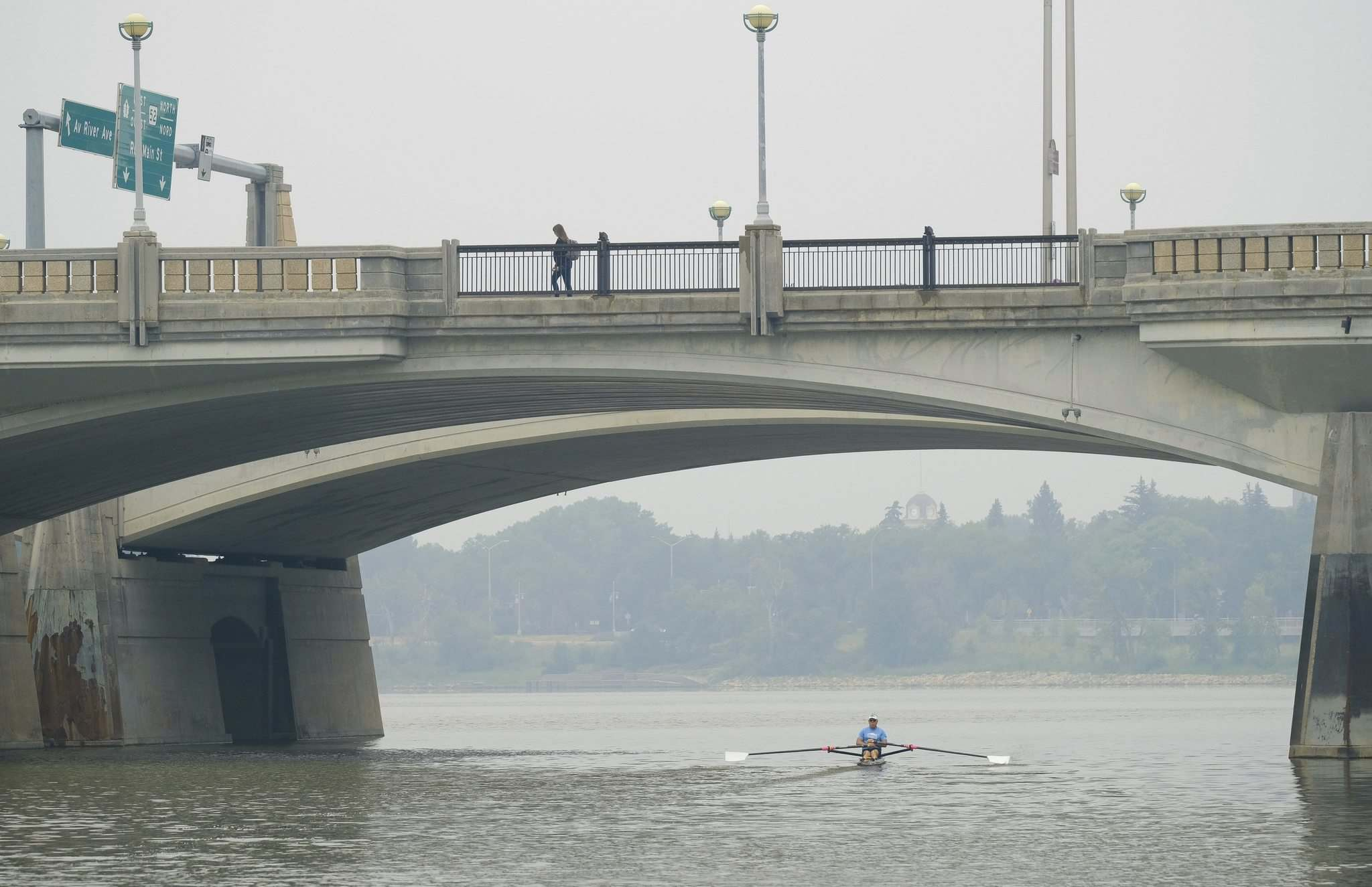 MIKE DEAL / WINNIPEG FREE PRESS</p><p>A rower on the Red River Tuesday morning in a haze of smoke from forest fires in northwestern Ontario and east-central Manitoba. City officials said people who exercise outdoors, as well as young children, seniors, pregnant women and people with respiratory or cardiovascular conditions, are at most risk of falling ill due to wildfire smoke.</p></p>