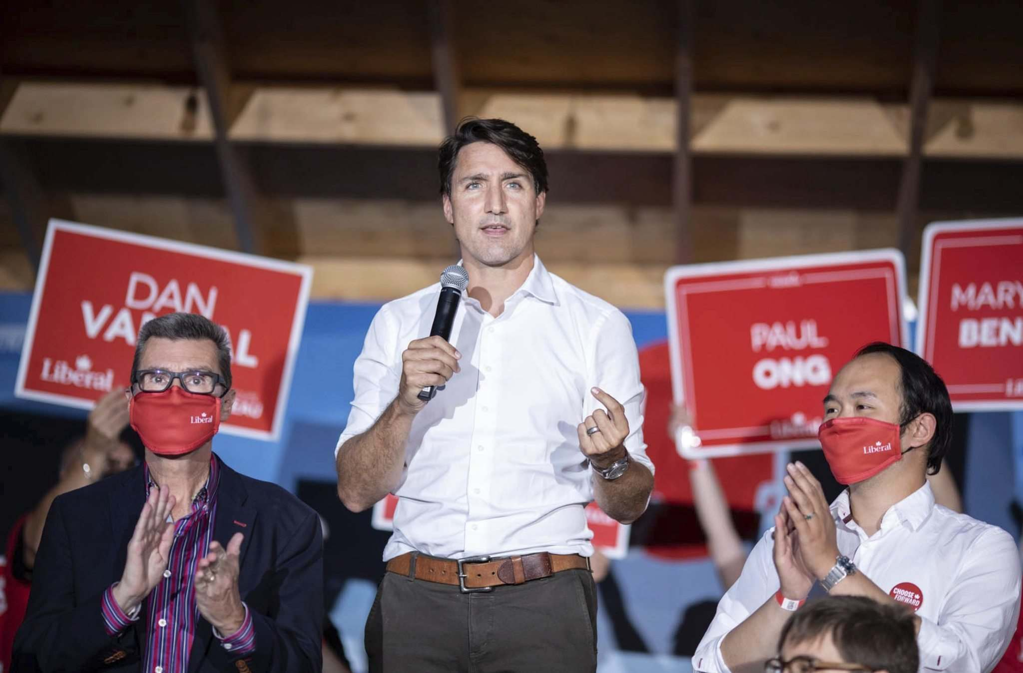 Prime Minister Justin Trudeau gives a speech surrounded by Liberal candidates at The Blue Note Park in Winnipeg during a campaign stop in the city on the eve of the federal election. (Jessica Lee / Winnipeg Free Press)</p>