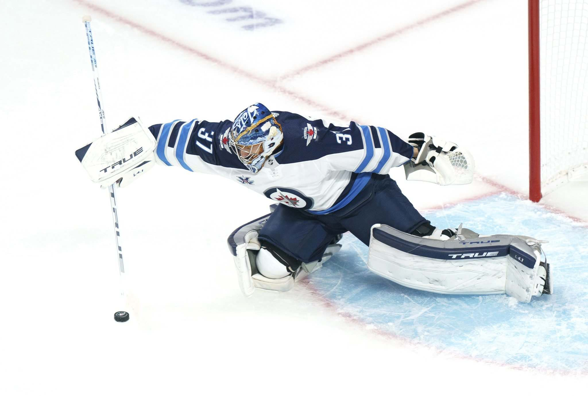 Paul Chiasson / The Canadian Press files</p><p>Winnipeg Jets goaltender Connor Hellebuyck contracted COVID in August.</p>