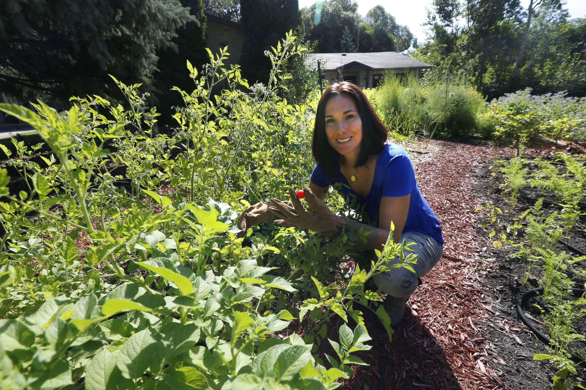 WAYNE GLOWACKI / WINNIPEG FREE PRESS</p><p>Jill Kantor grows an extensive vegetable garden in the front yard of her Tuxedo home. She also teaches classes on how to grow and ferment food.</p></p>