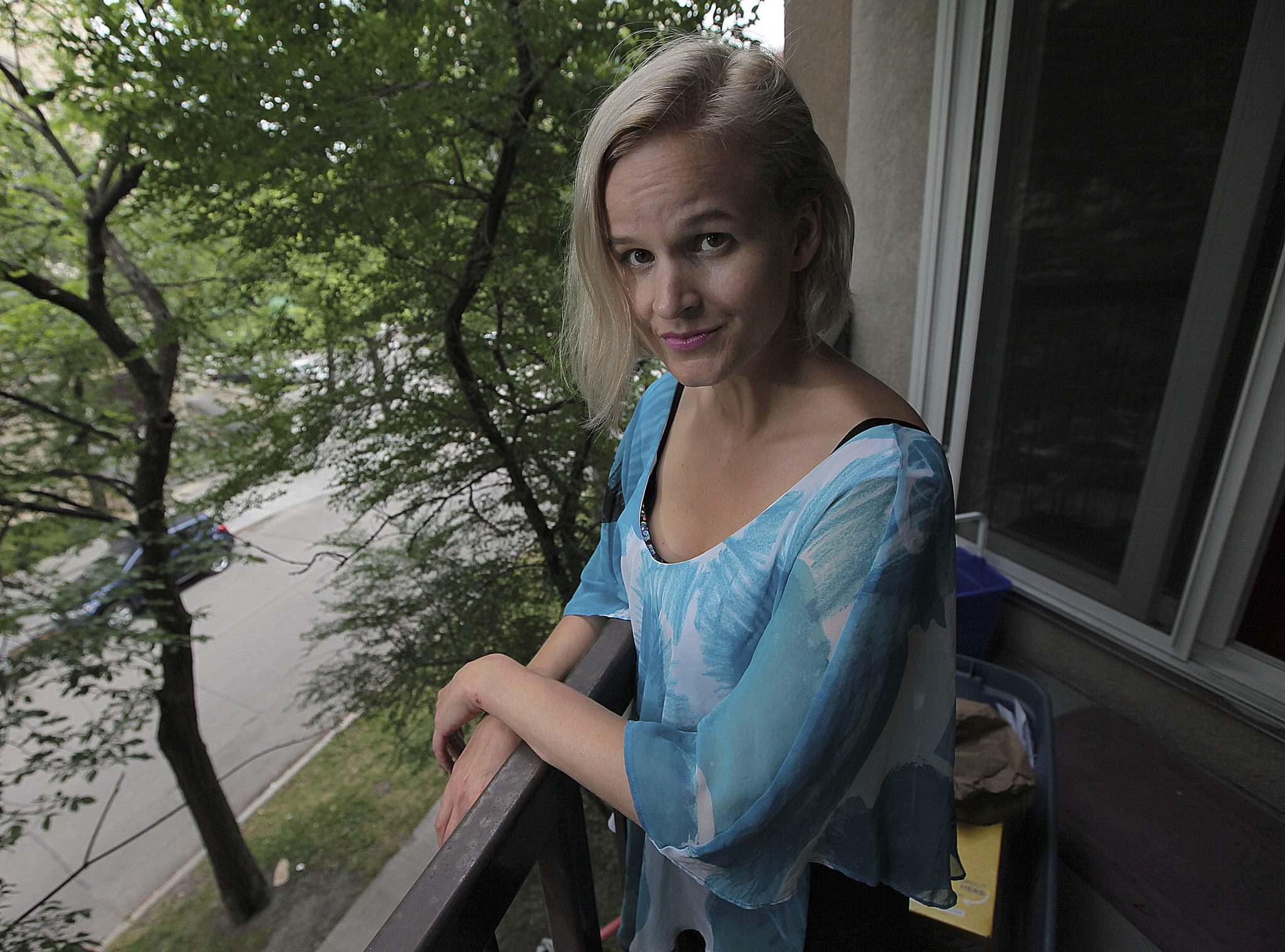 PHIL HOSSACK / WINNIPEG FREE PRESS</p><p>Yvette Jones, poses on her downtown balcony. She was robbed while walking along Notre Dame at Princess Street Monday night, but construction workers chased the suspect down and recovered her purse intact.</p>