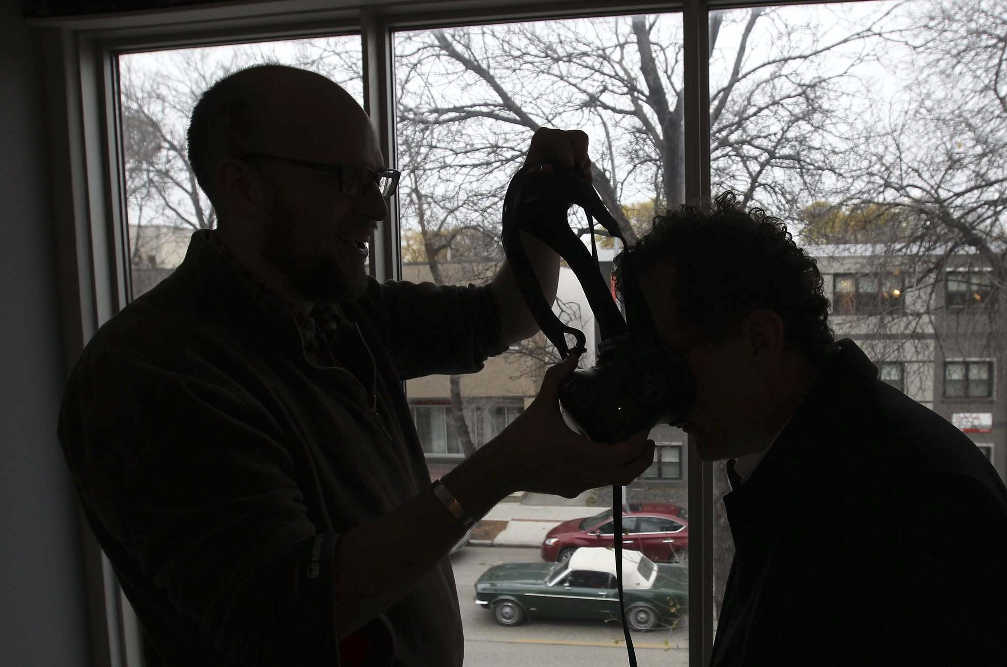 JOE BRYKSA / WINNIPEG FREE PRESS</p><p>Free Press reporter Martin Cash gets fitted with a headset at Winnipeg's first virtual-reality arcade, the Portal, with the help of owner Chris Hall.</p></p>