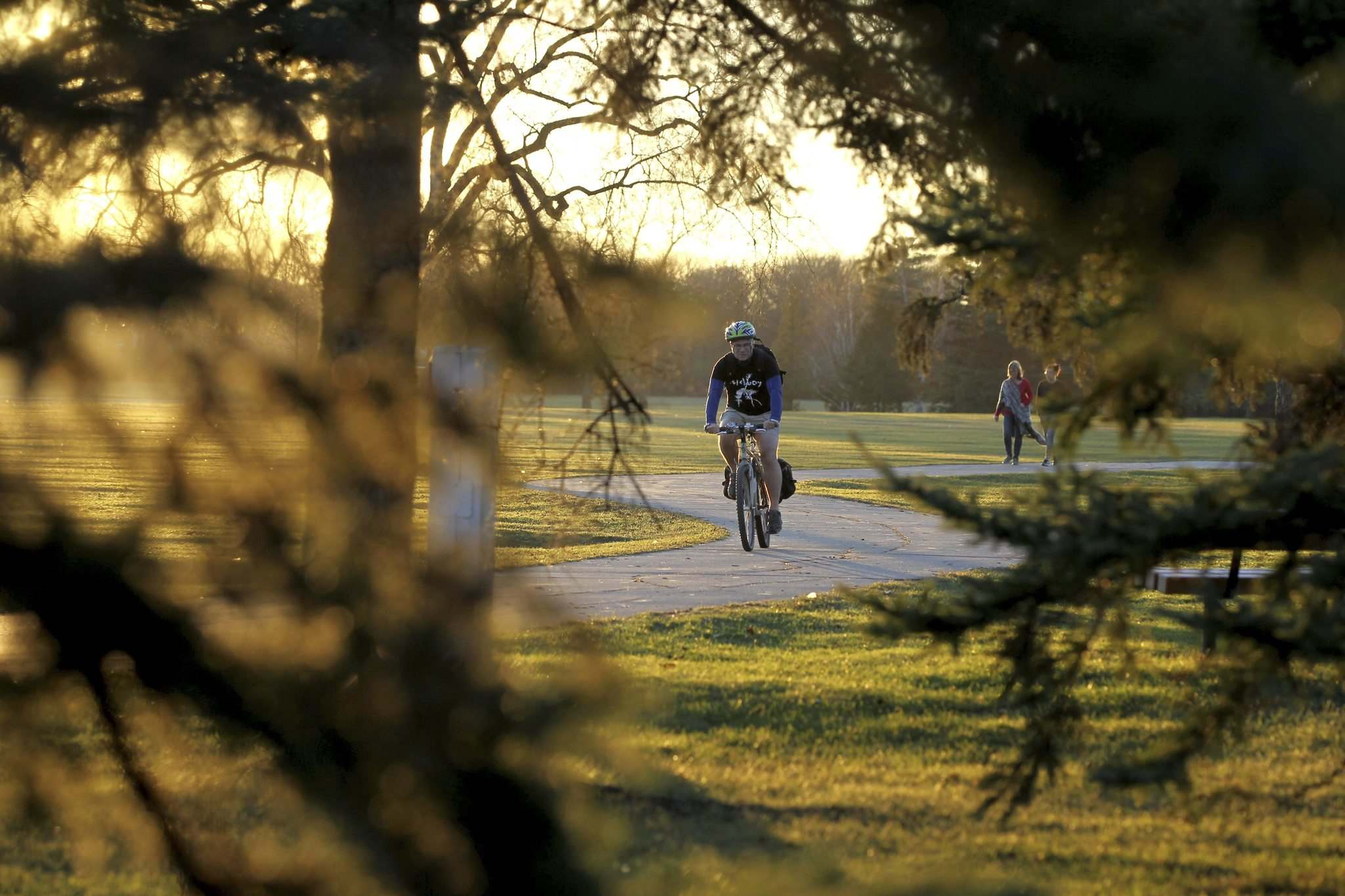 RUTH BONNEVILLE / WINNIPEG FREE PRESS</p><p>A cyclist makes their way down a winding path at the west entranceway to Assiniboine Park as temperatures hovered close to 20 C Wednesday.</p>