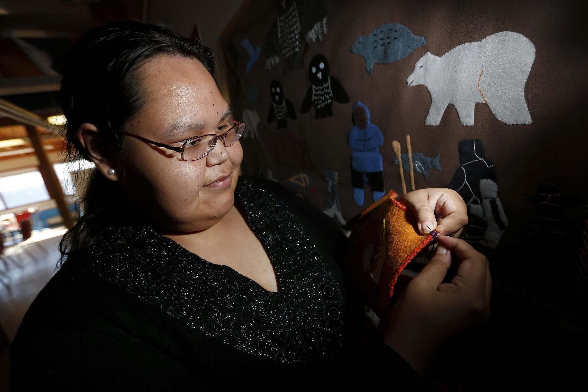 JOHN WOODS / WINNIPEG FREE PRESS</p><p>Shyanne Kinnowater completes a wall hanging, one of several cottage industries that support townspeople who don&rsquo;t work in the mine.</p>