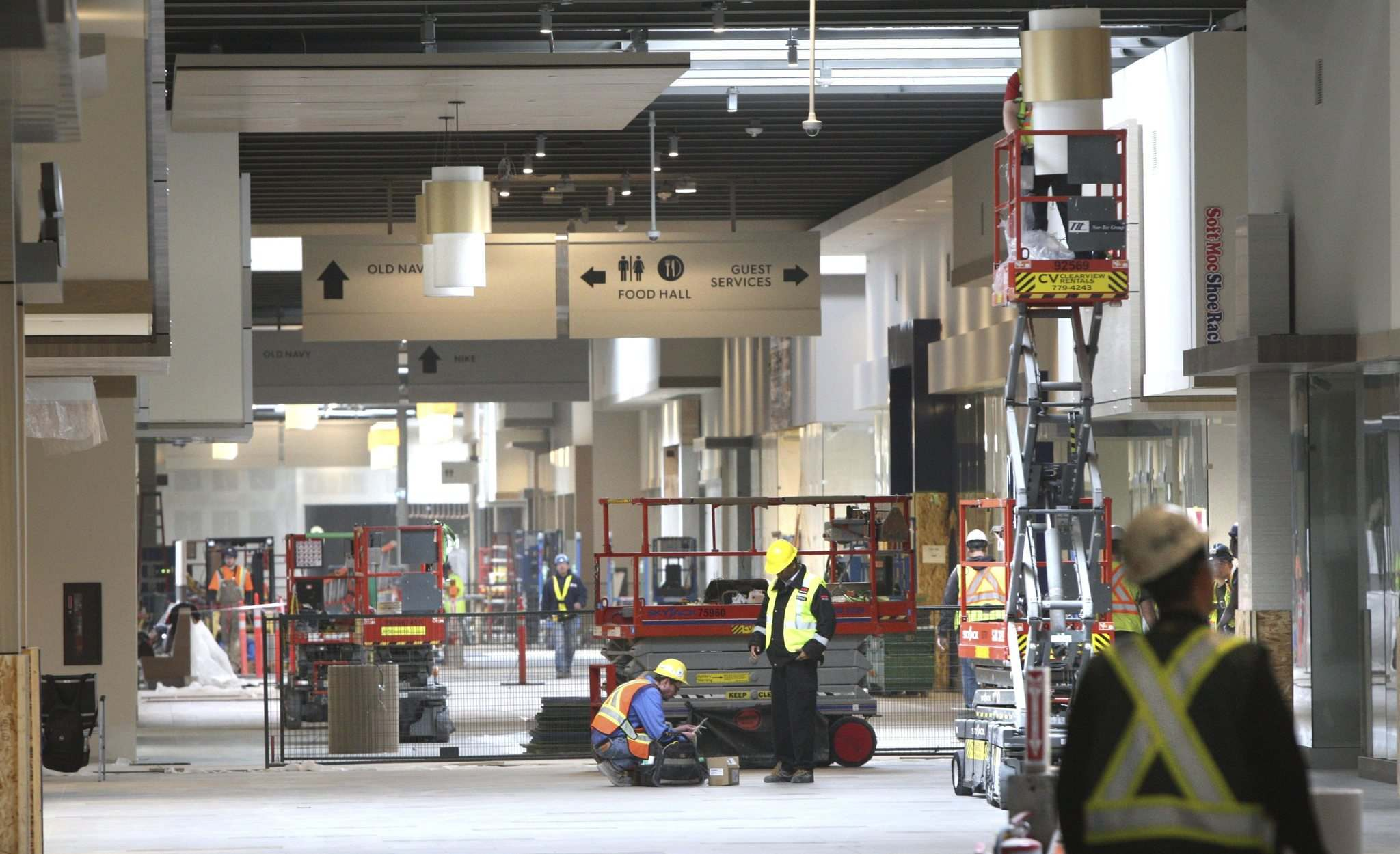 <p>Workers scramble to finish Outlet Collection Winnipeg before the doors open at 10:00 a.m., Wednesday</p>