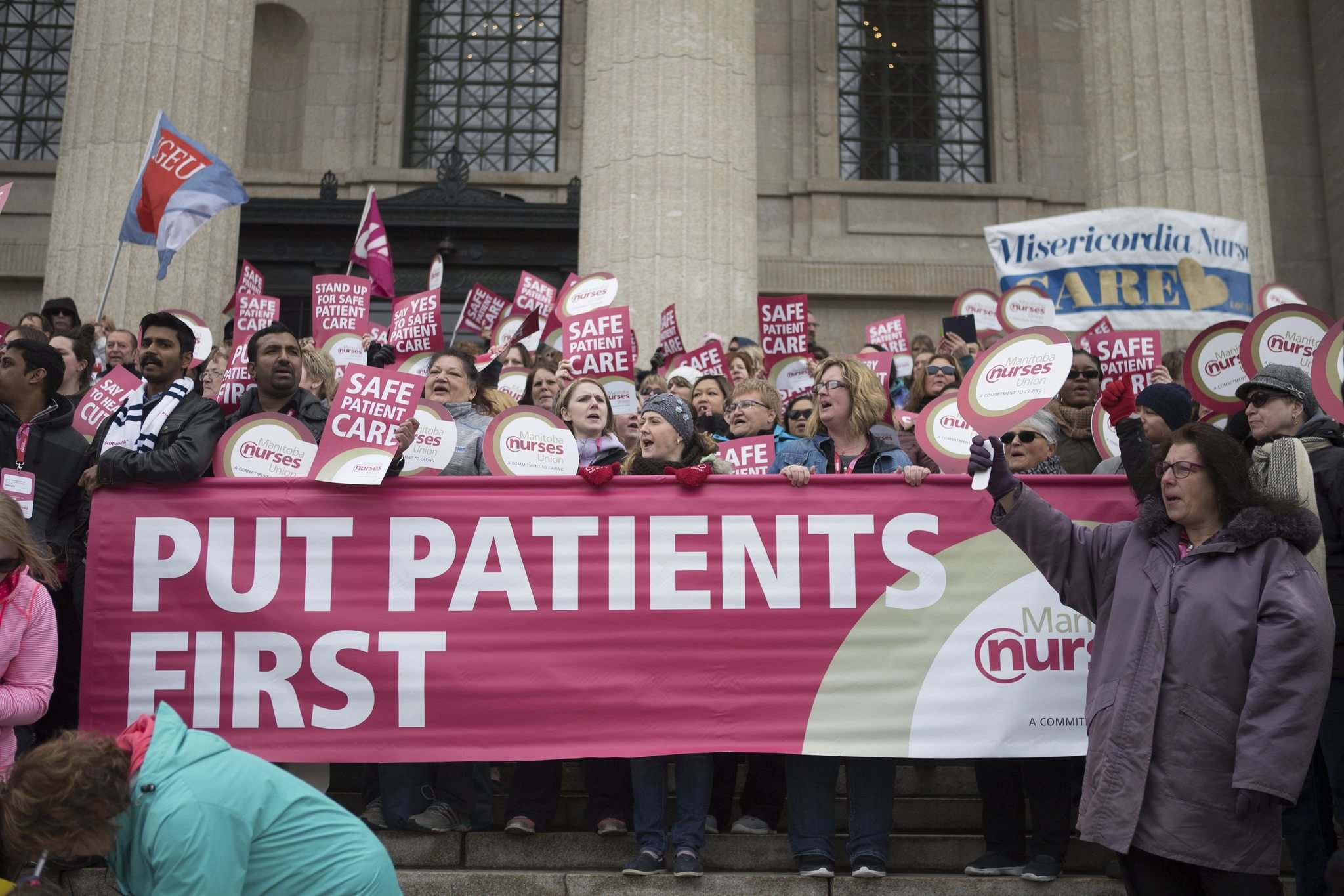 Hundreds of members of the Manitoba Nurses Union and other labour supporters rallied at the Manitoba Legislative Building on Wednesday. (Jen Doerksen / Winnipeg Free Press)</p>