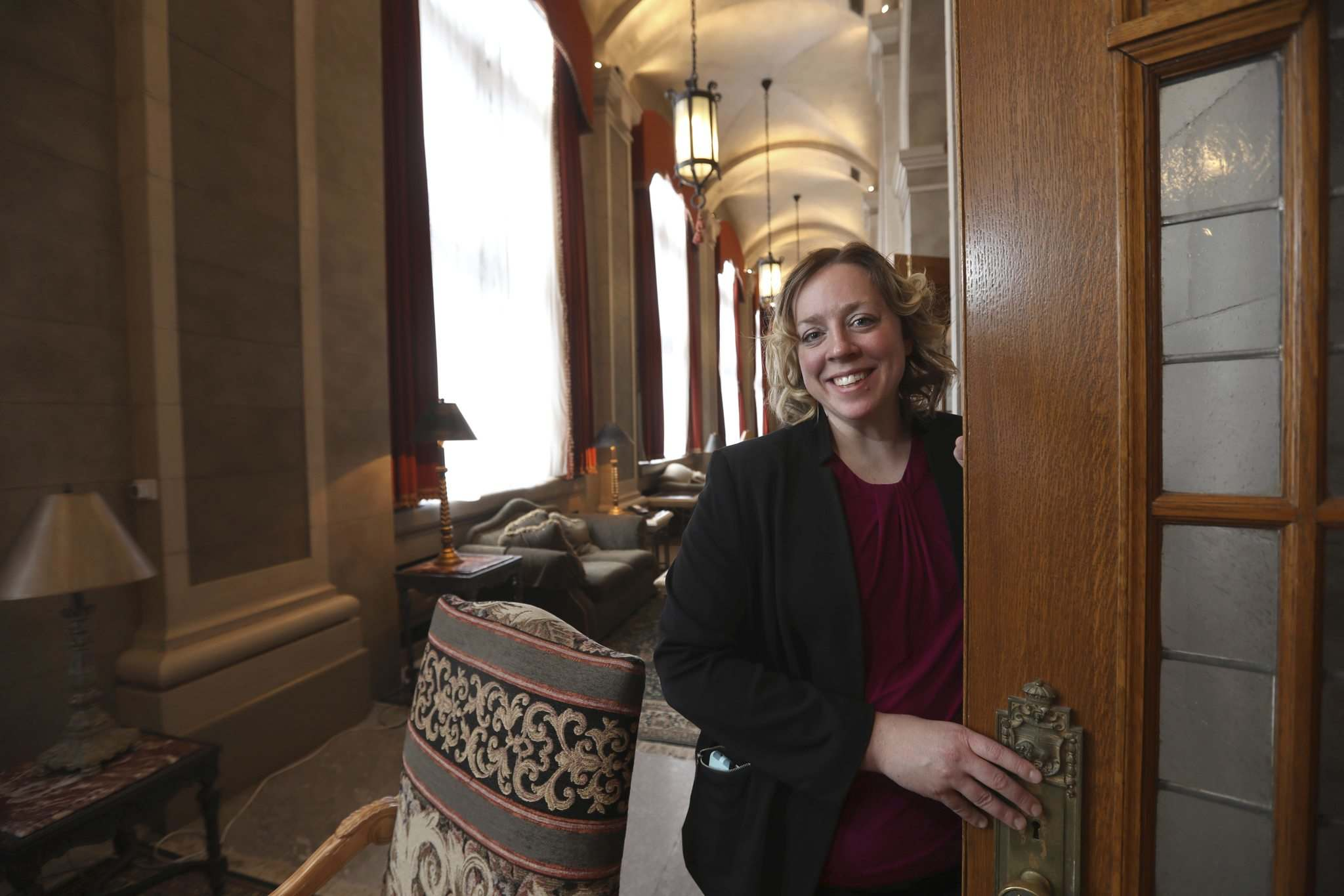 RUTH BONNEVILLE / WINNIPEG FREE PRESS</p><p>Cheryl Morgan, a catering and event co-ordinator at the Fort Garry Hotel: 'Ask a lot of questions.'</p></p>