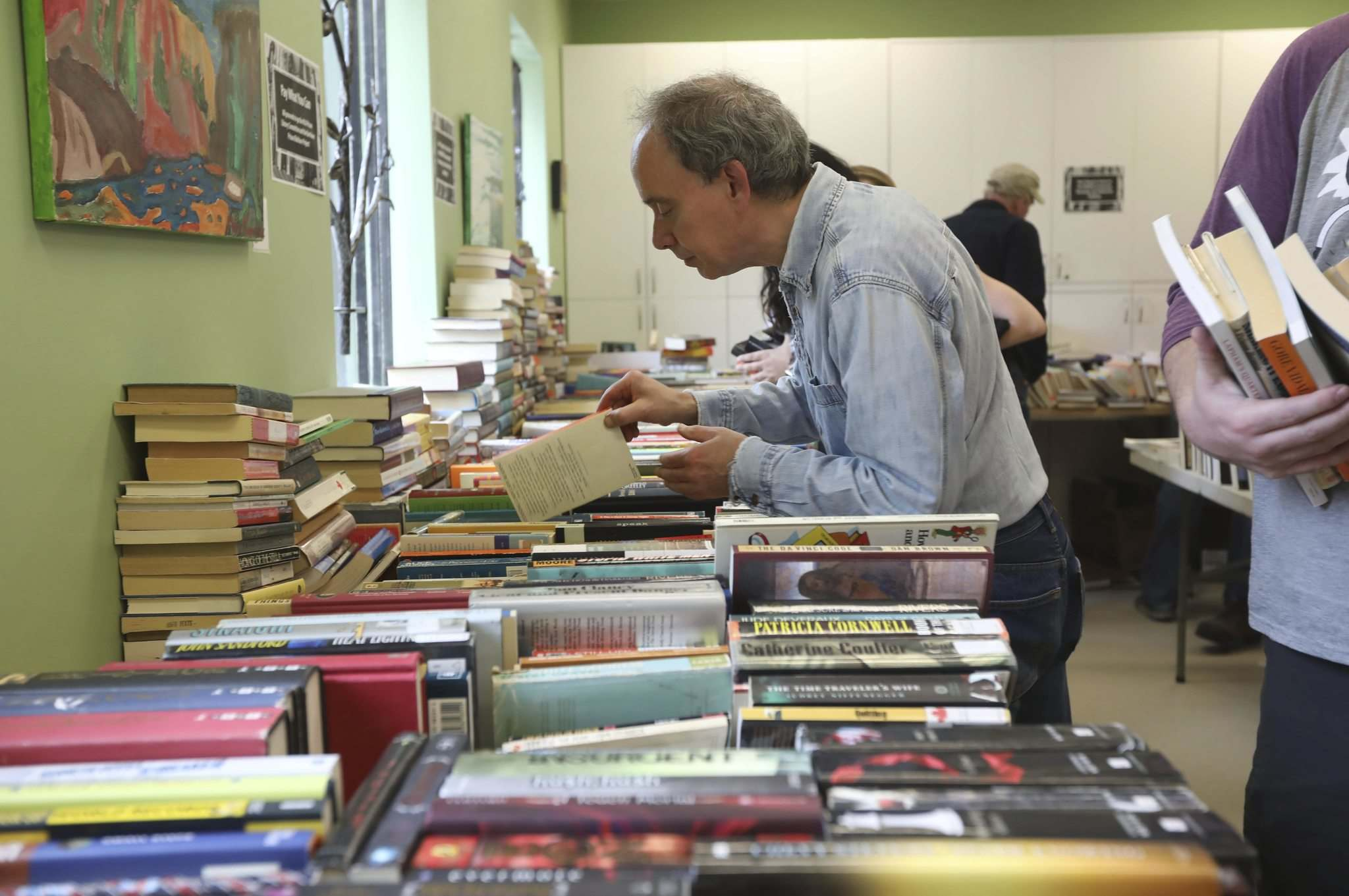 RUTH BONNEVILLE / WINNIPEG FREE PRESS</p><p>Book hunters browse through the piles of potential reading material at the Daniel McIntyre/St. Matthews Community Association on Saturday.</p>